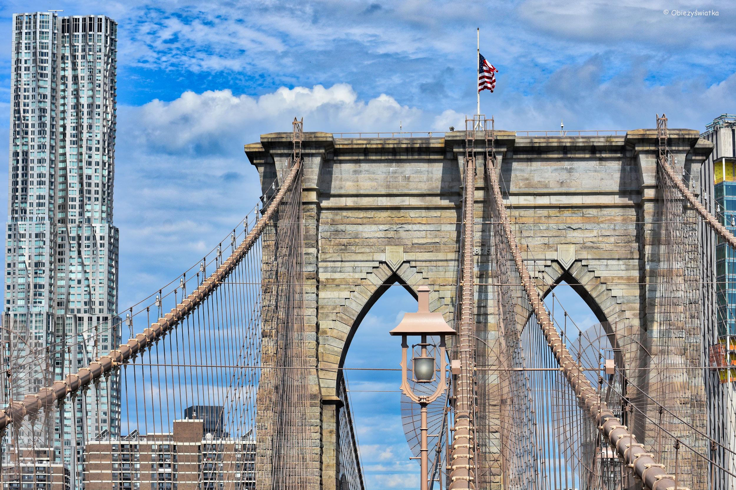 Brooklyn Bridge i charakterystyczna Beekman Tower/8 Spruce Street - wieżowiec zaprojektowany przez Franka Gehry'ego