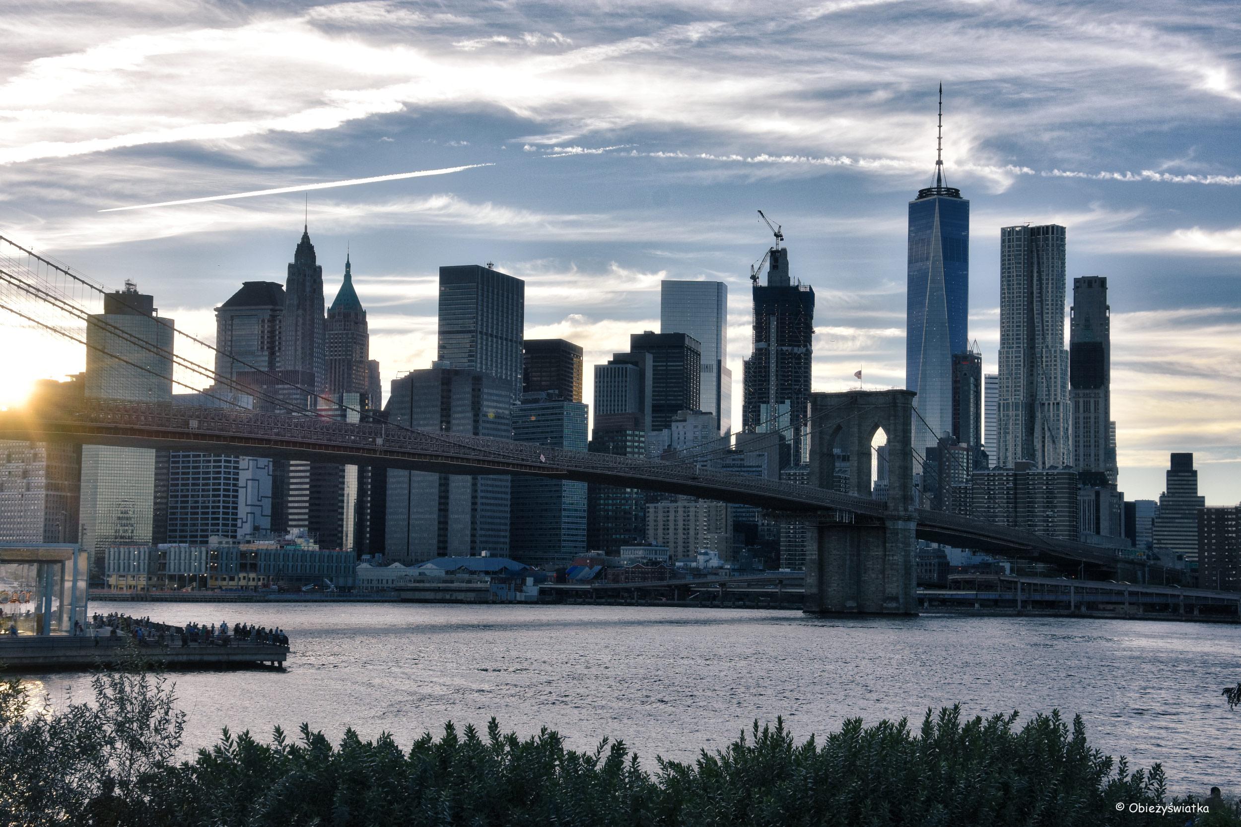 Most Brookliński, East River, Manhattan i zachodzące słońce, NYC