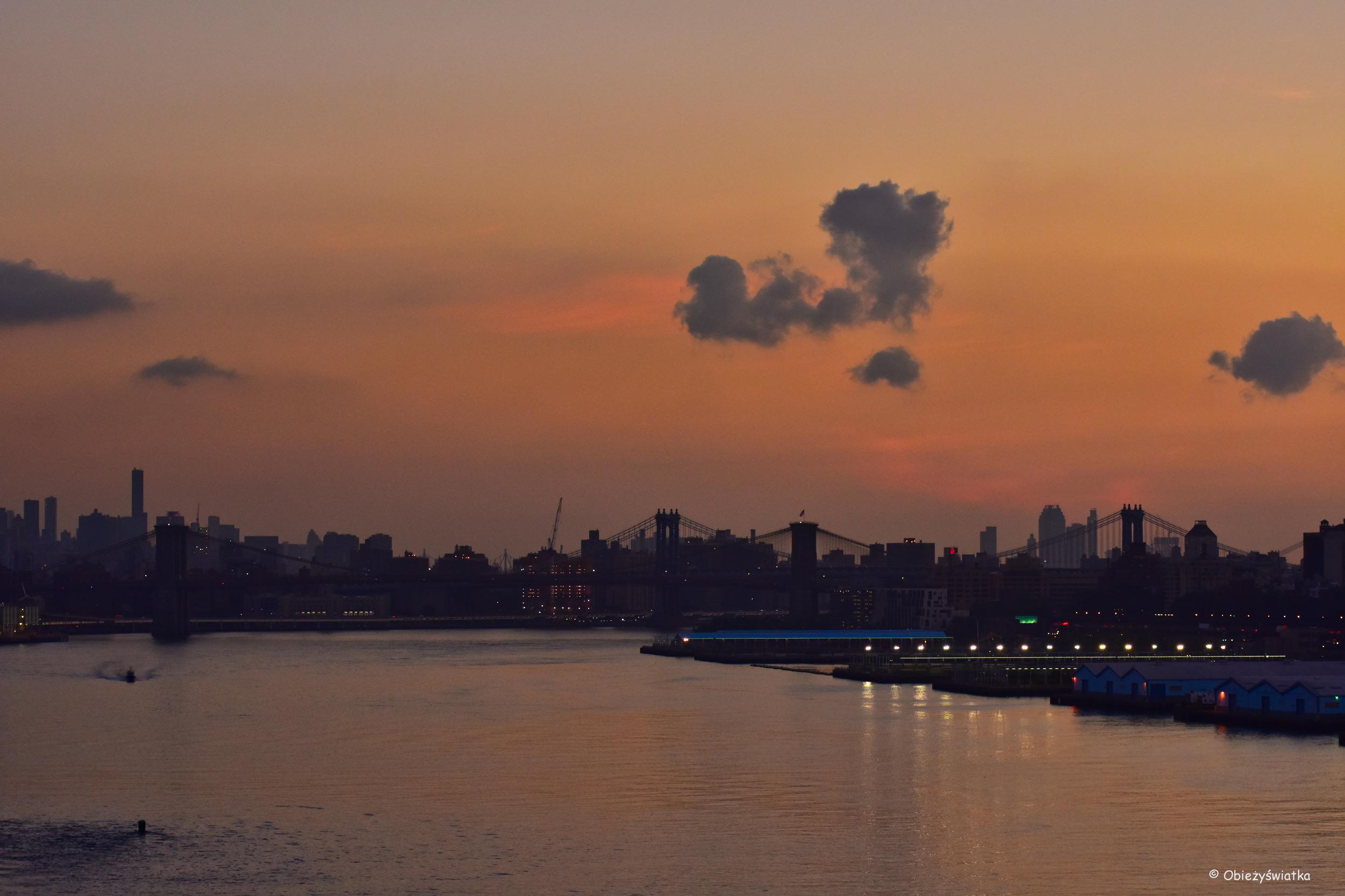 Nowy Jork o poranku 0 w tle dwa ważne mosty - Brooklyn Bridge i Manhattan Bridge