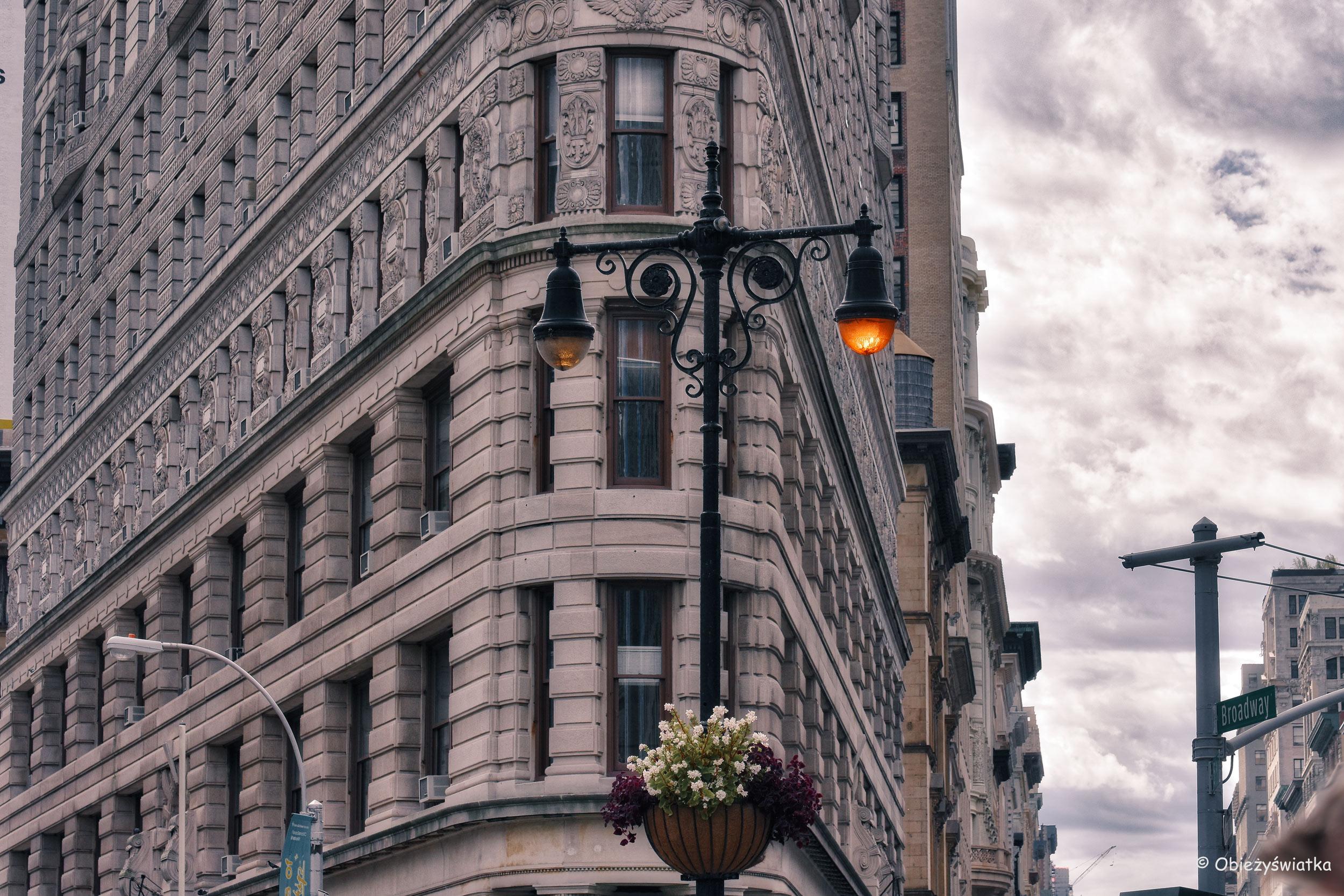 Latarnie przed Flatiron Building w Nowym Jorku