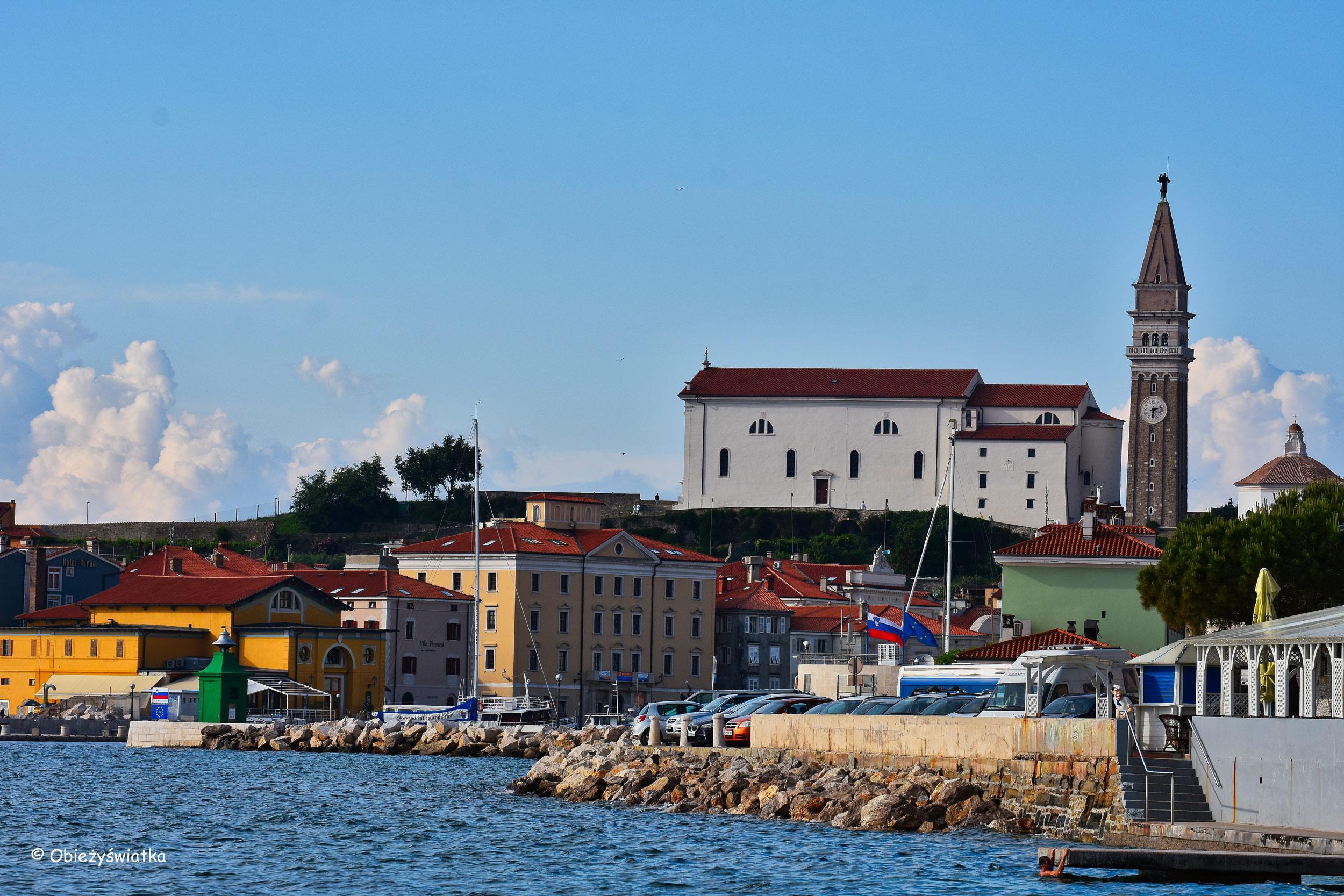 Widok na miasteczko, w tle kościół św. Jerzego z charakterystyczną kampanilą, Piran, Słowenia