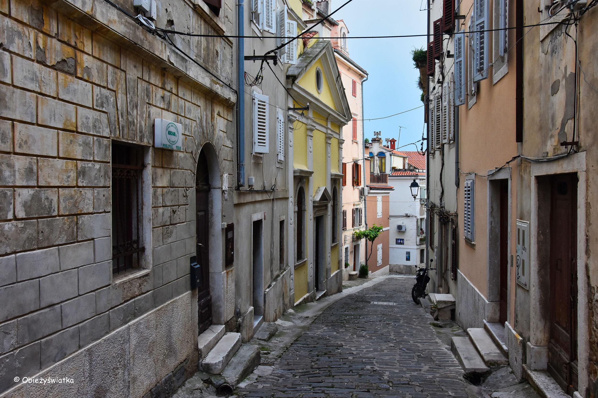 Wąskie uliczki w Piranie, Słowenia