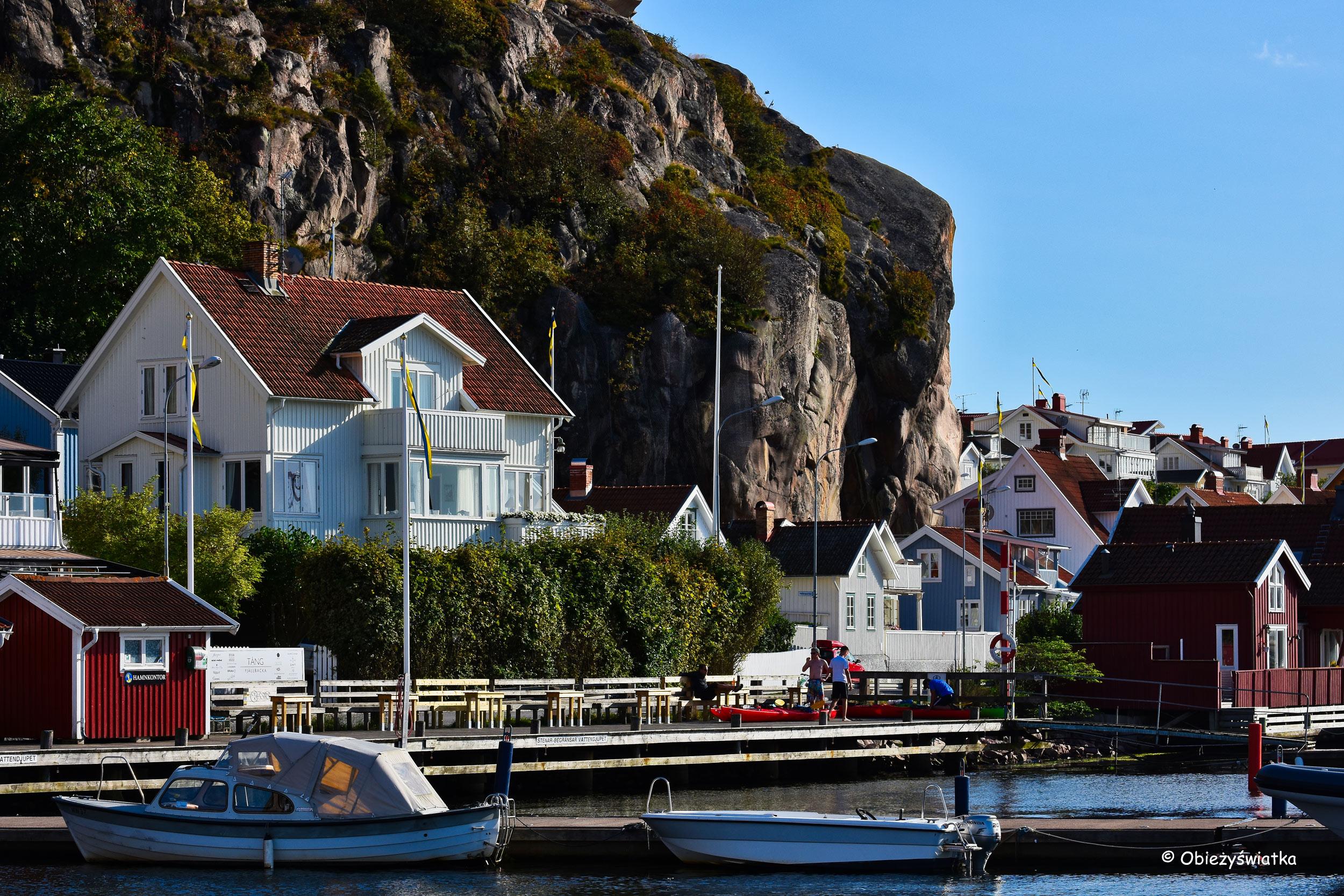 Przystań, łodzie i domki pod skałami, Fjällbacka