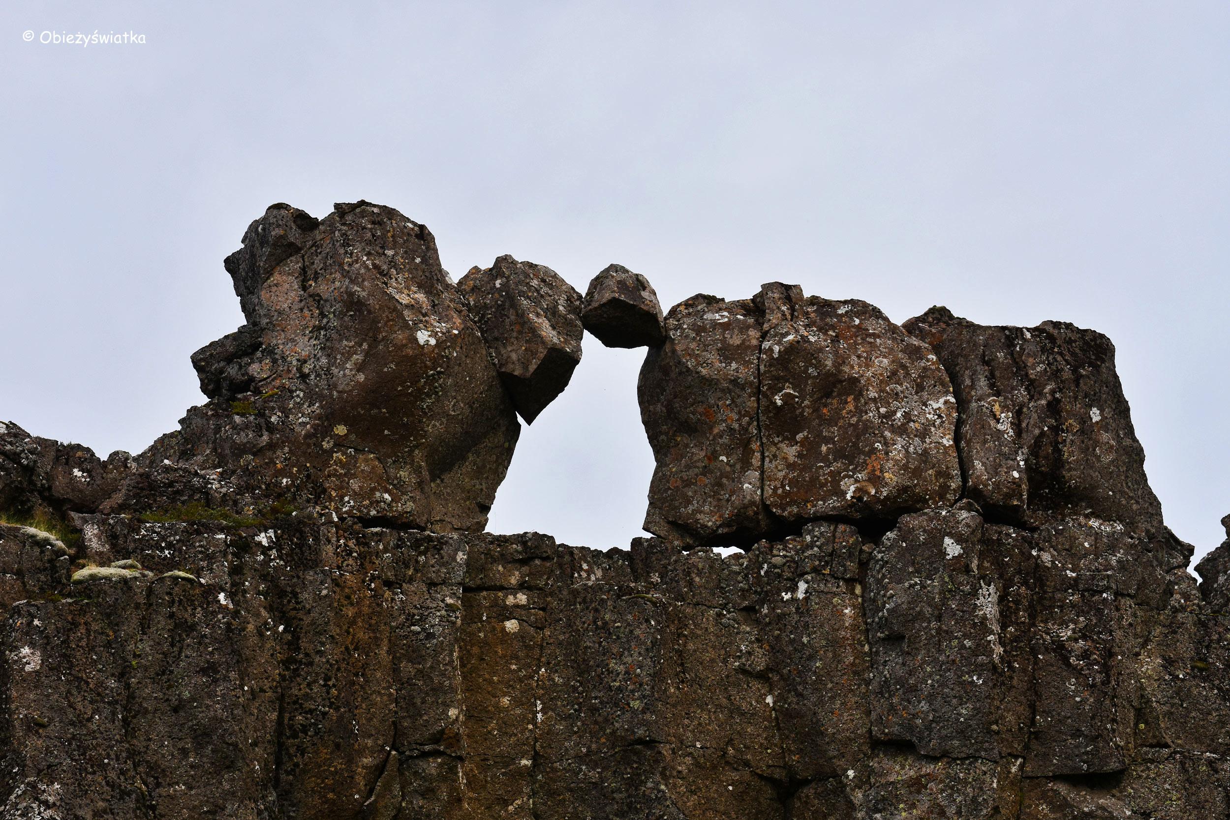 Formacje skalne w Þingvellir - w islandzkim parku narodowym