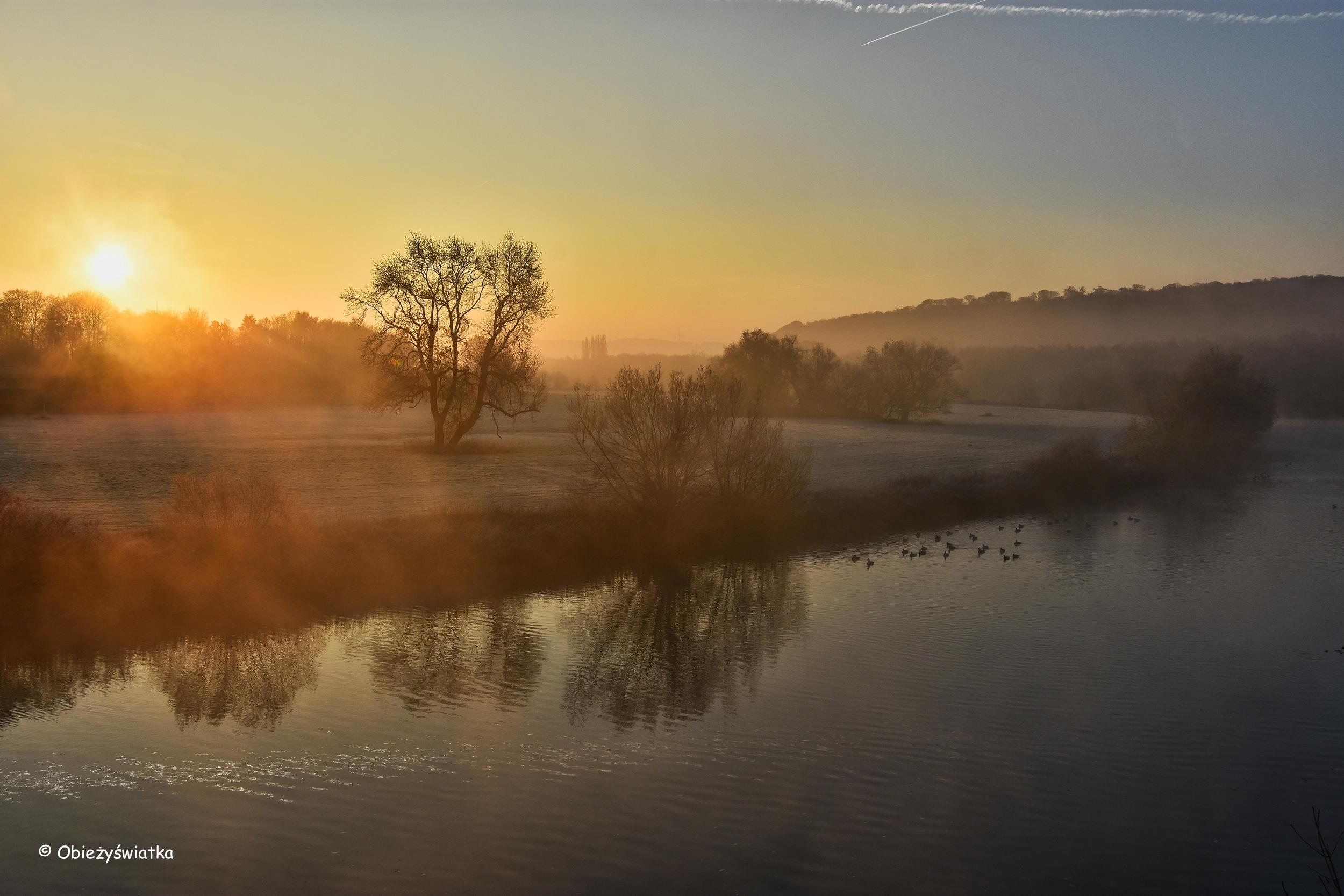 Wschód słońca nad rzeką Ruhr, Niemcy