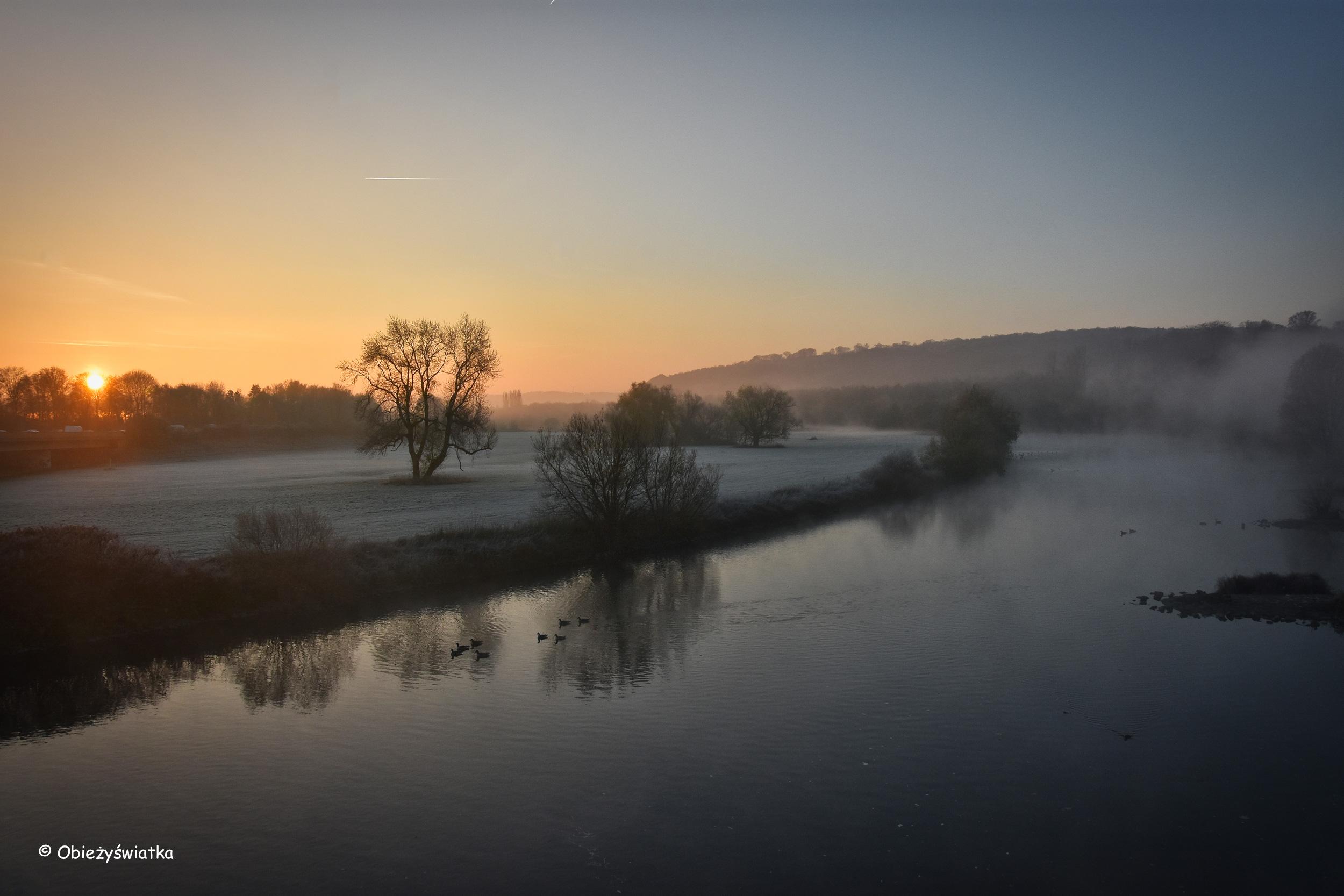 Rzeka Ruhr i listopadowy wschód słońca