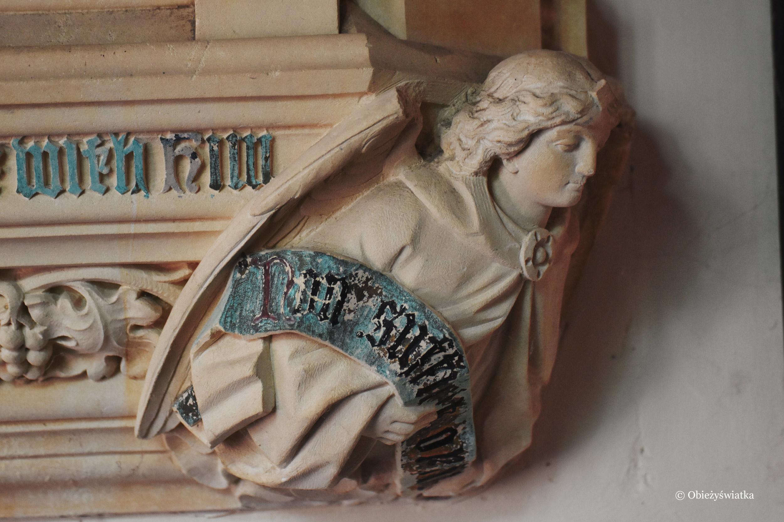 Jeden z aniołów w kościółku w Tyneham
