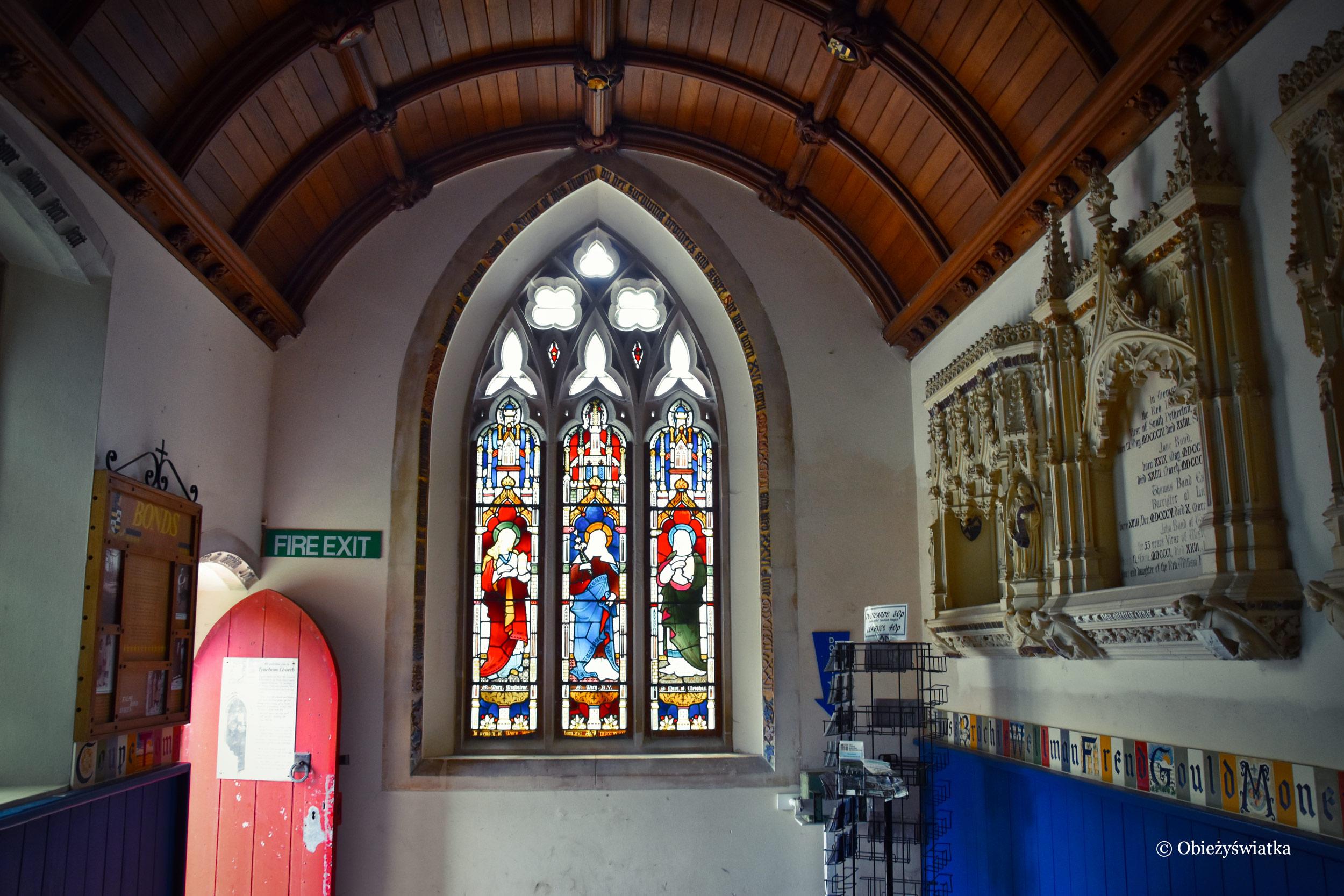 Wnętrze zabytkowego kościóła w Tyneham, UK