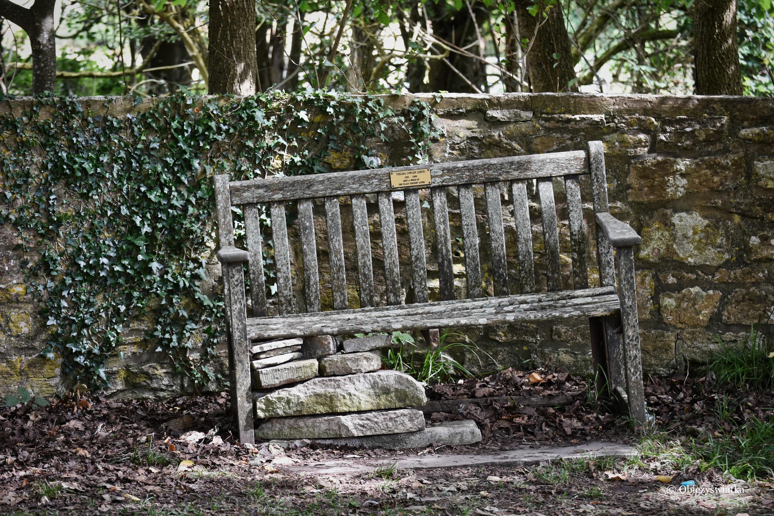 Kulawa ławka w opuszczonej wiosce Tyneham, UK