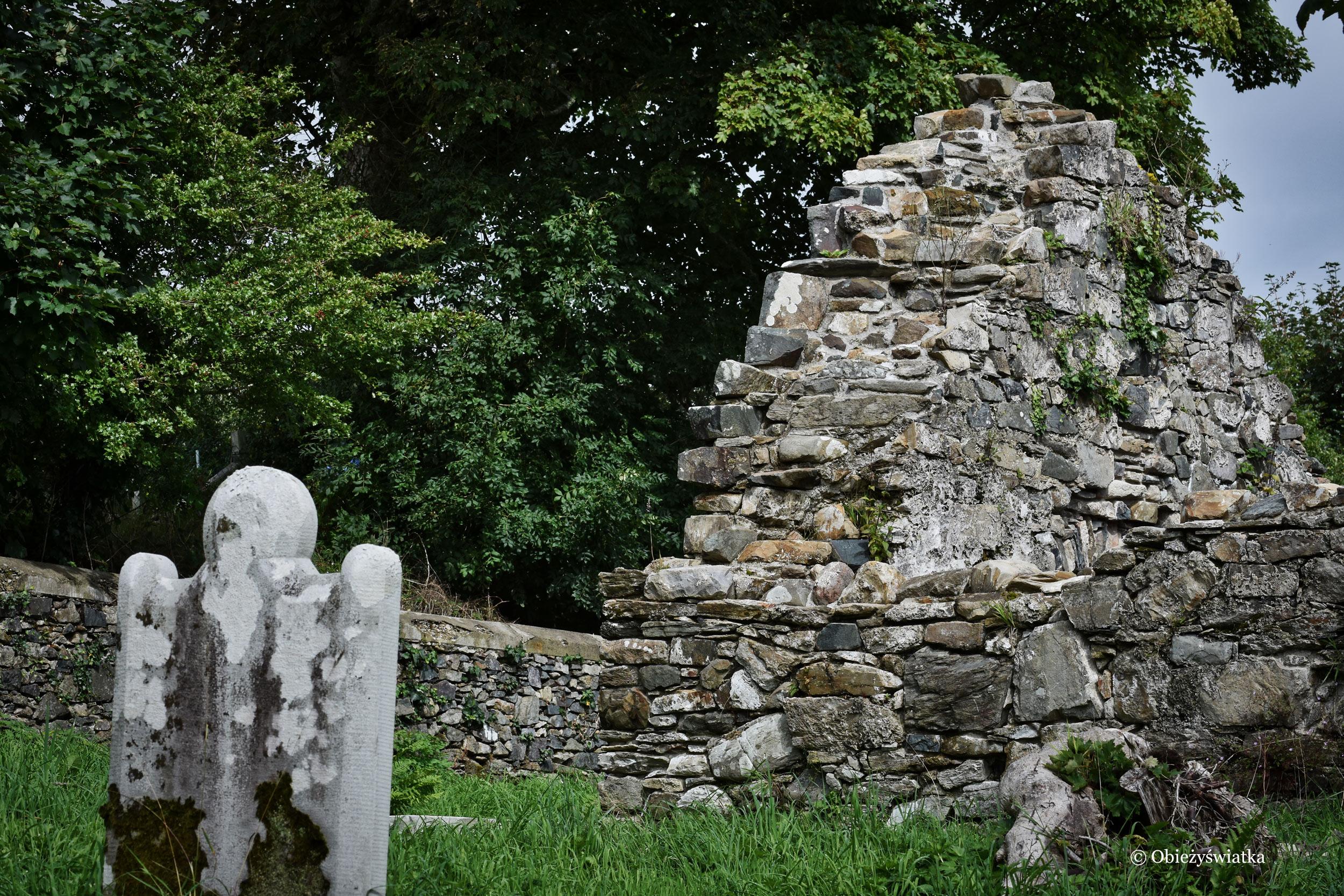 Zachowane fragmenty klasztoru i zamku w Killybegs, Irlandia