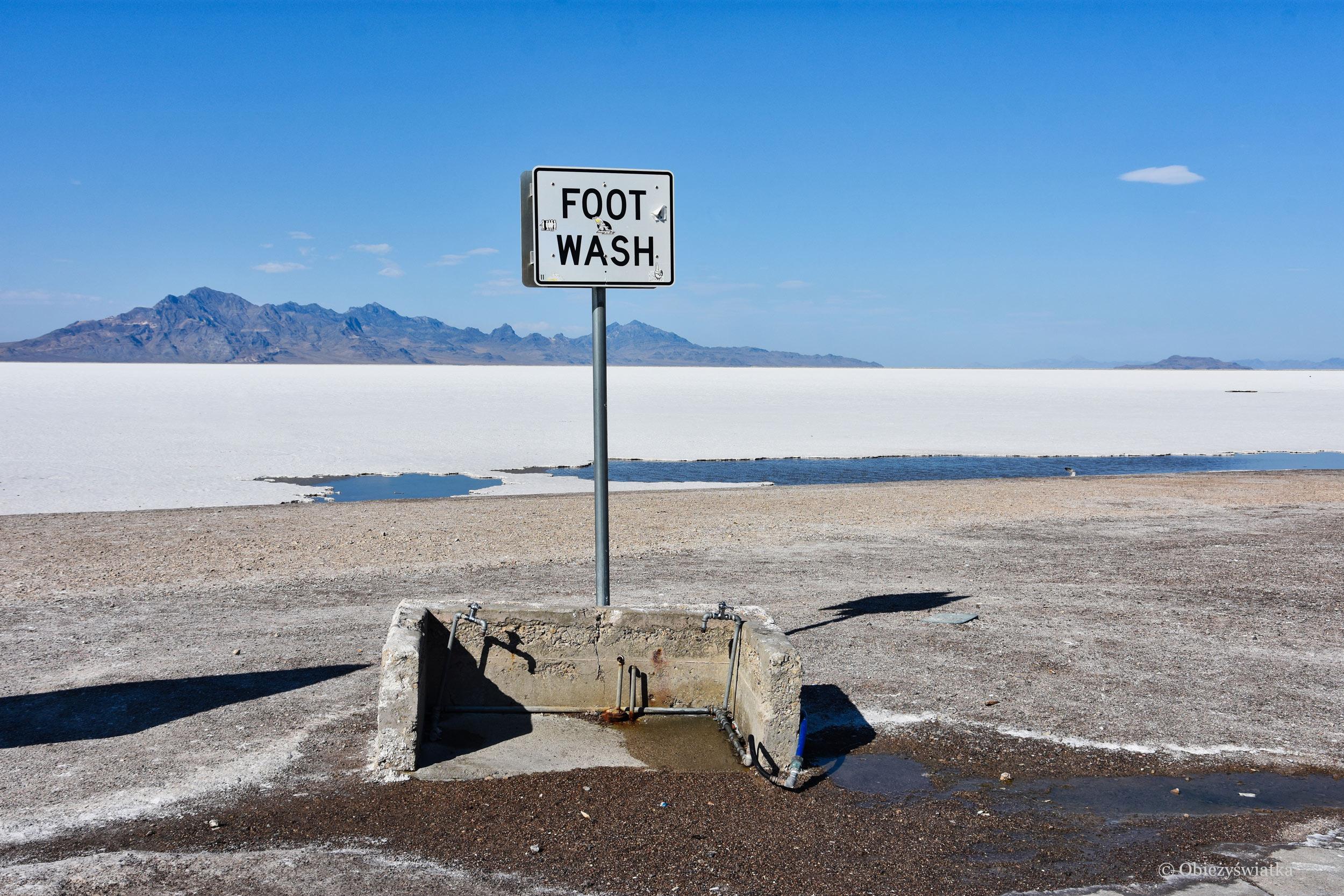 A po spacerze przez słoną pustynię trzeba umyć stopy ;), Great Salt Lake Desert