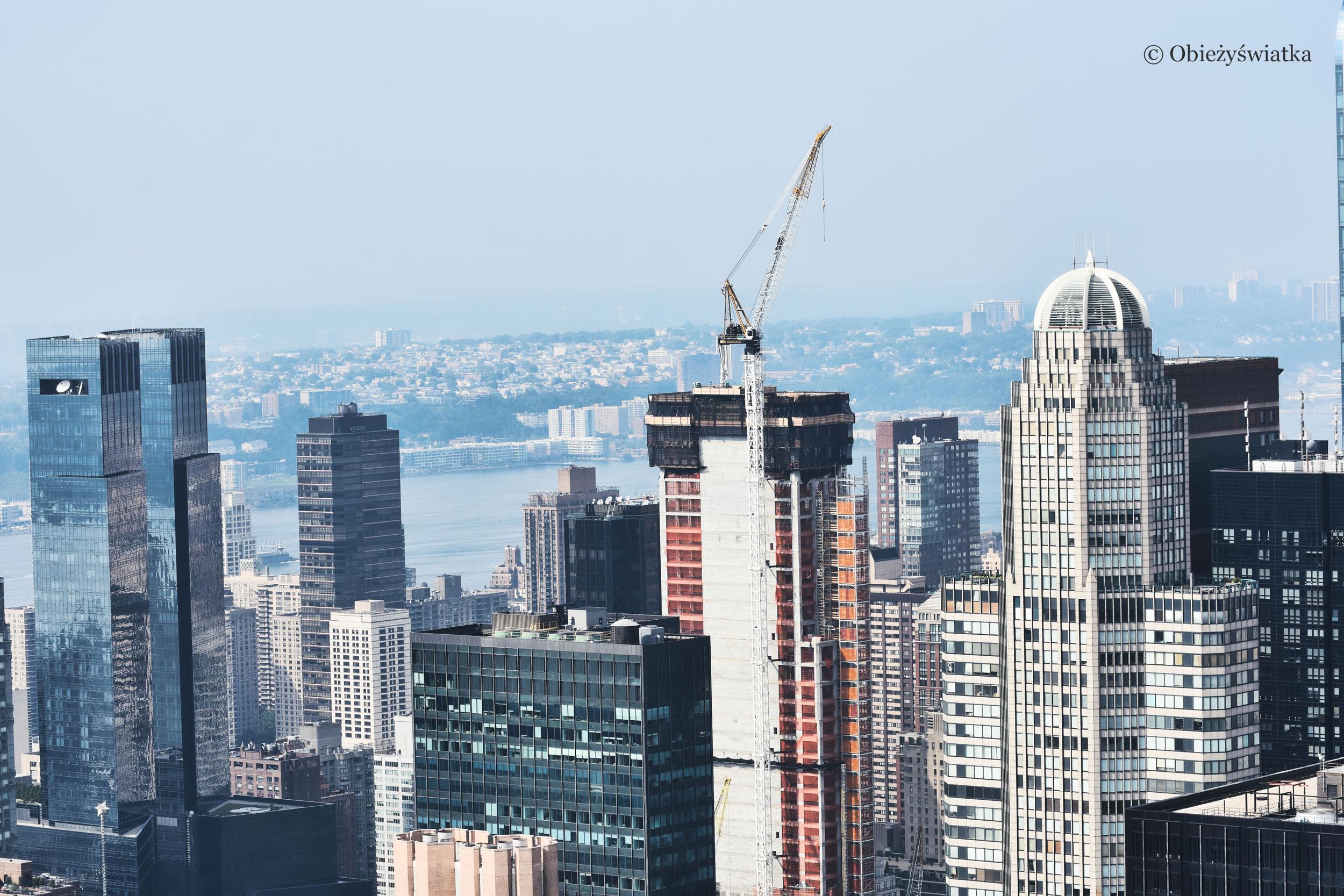 Nowojorskie wieżowce, po prawej z charakterystyczną kopułą wieżowiec CitySpire Center