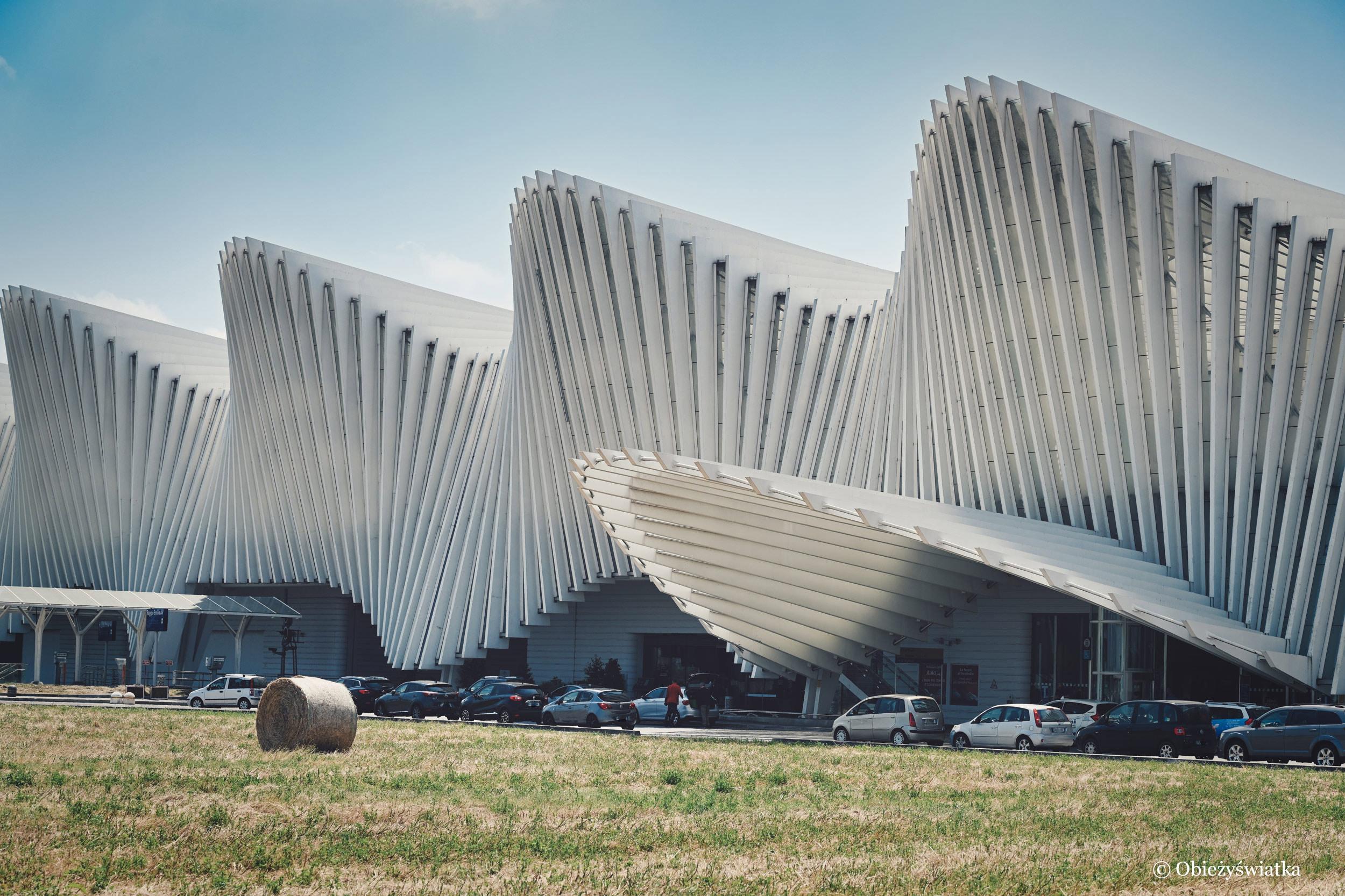 Charakterystyczna zabawa z linią - dworzec Santiago Calatravy we Włoszech