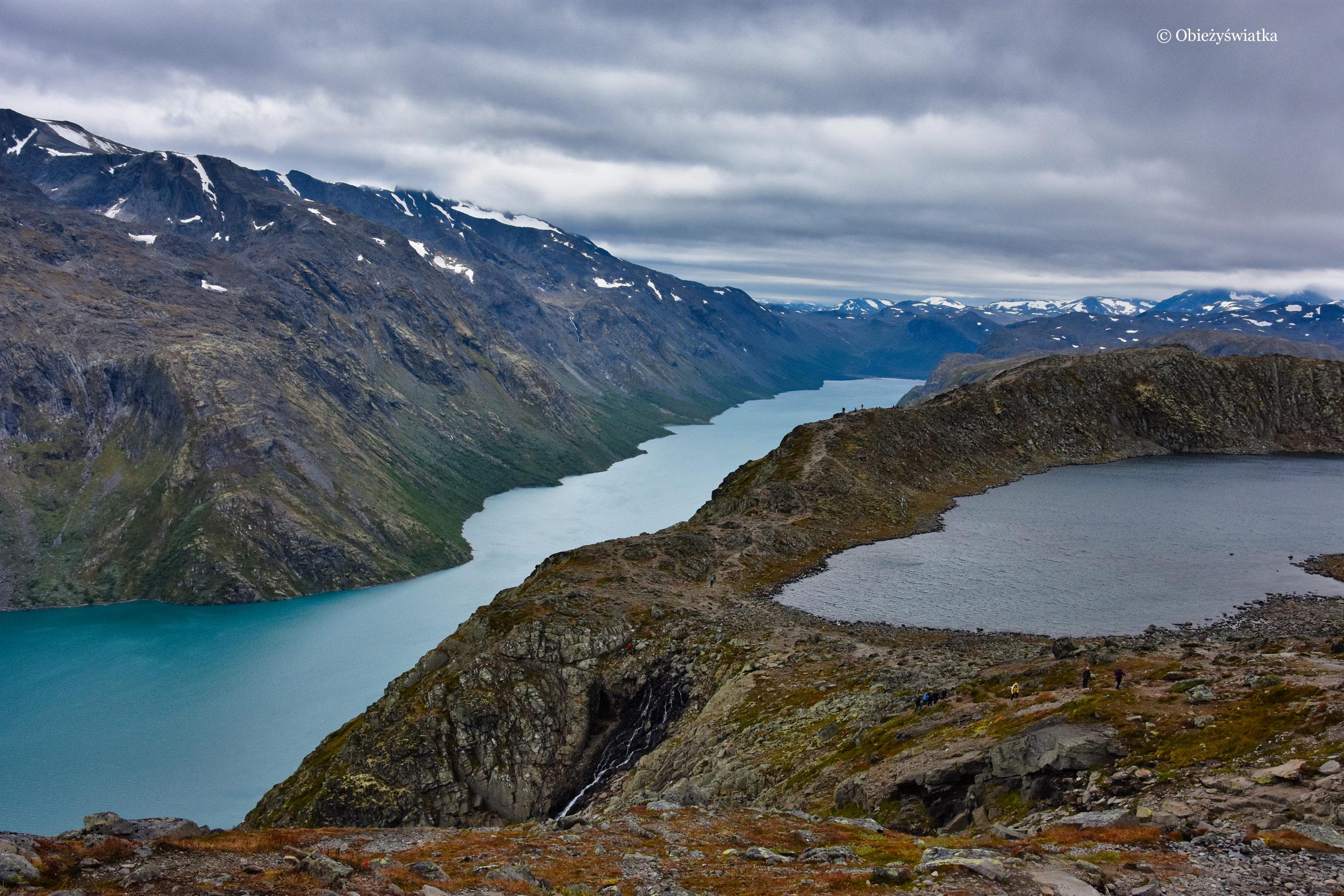 Gjende i Bessvatnet, niebieskie i czarne jezioro