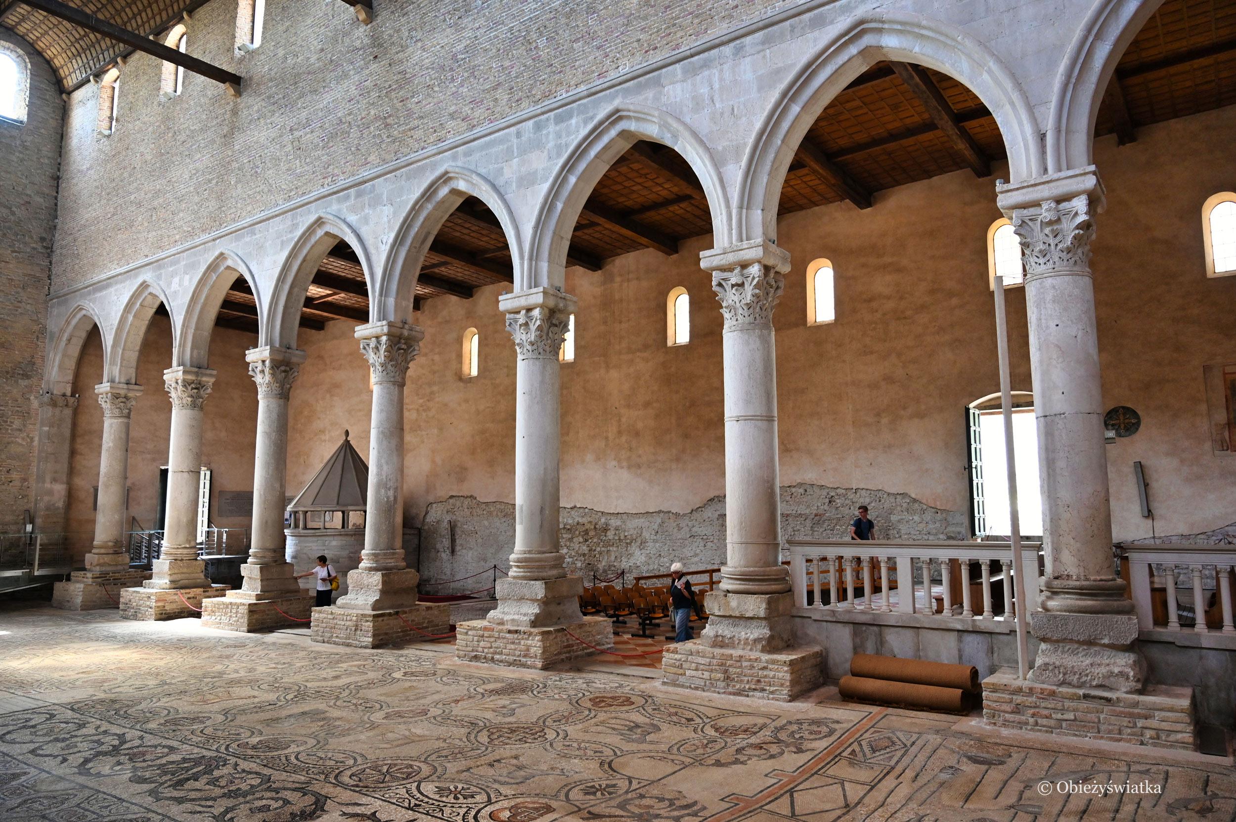 Kolumny i fragment zabytkowej mozaiki - Akwileja