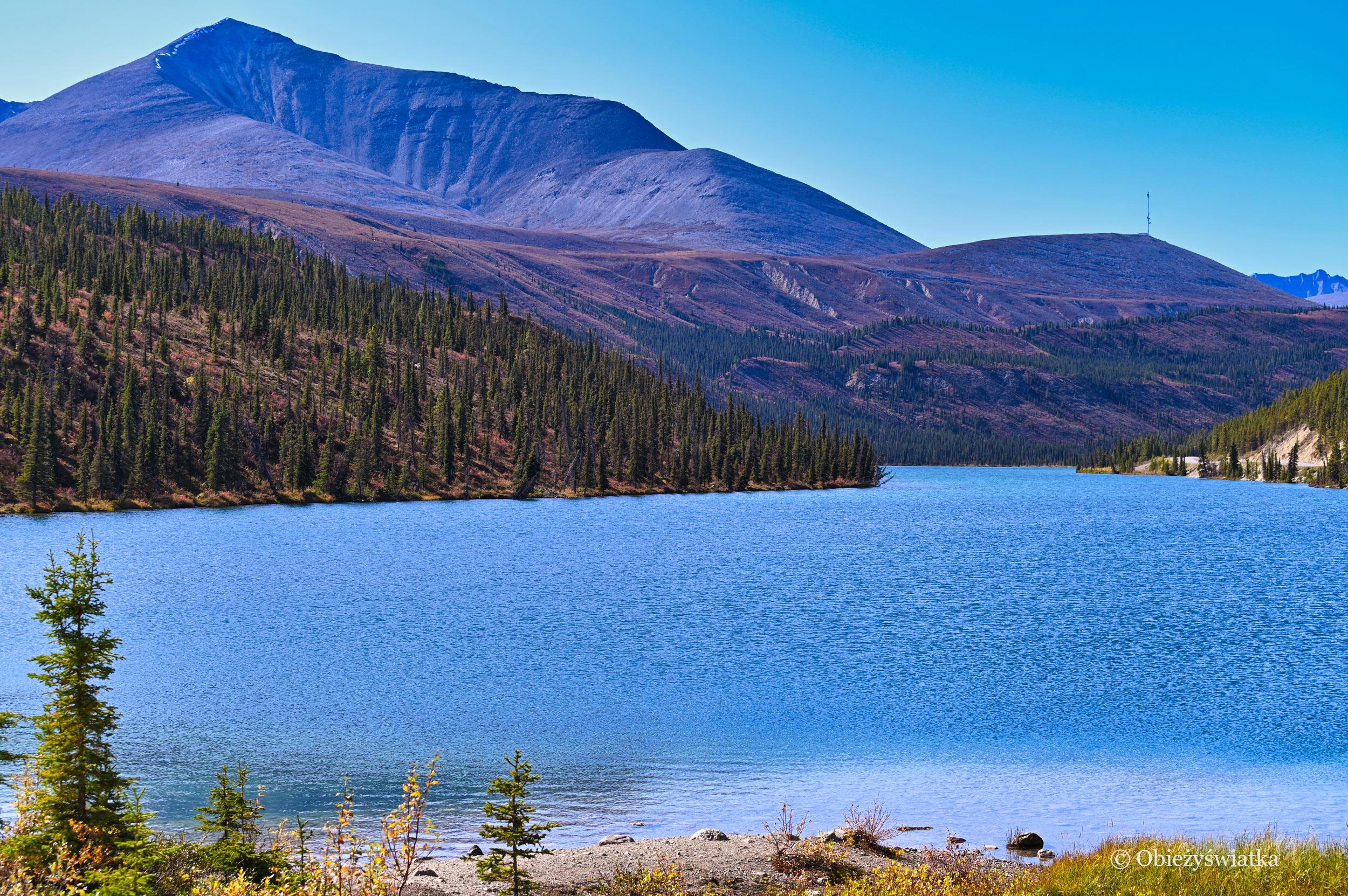 Jedno z jezior przy Alaska Highway, Kanada