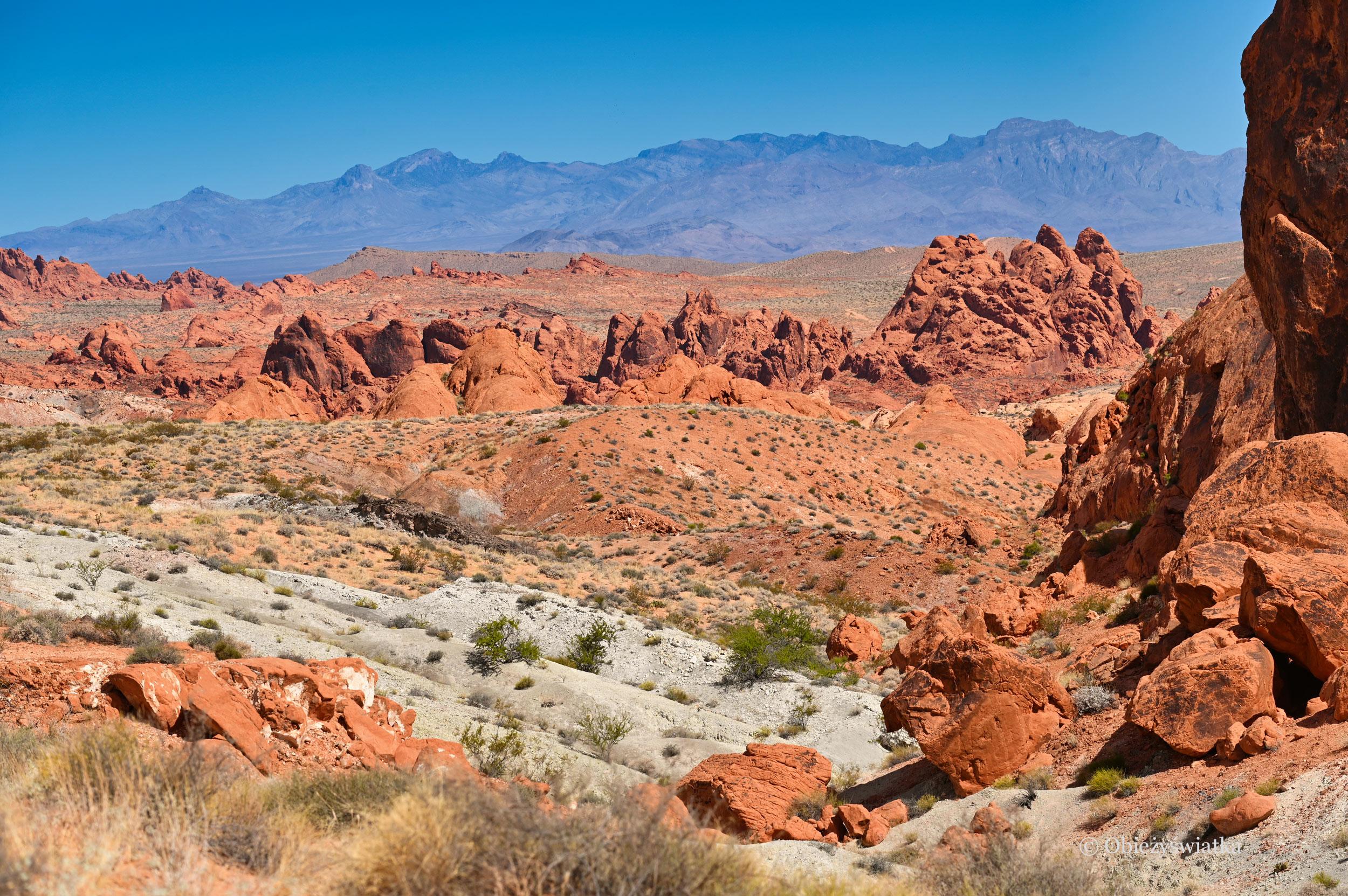 Góry, czerwone skały i bardzo niebieskie niebo - Dolina Ognia
