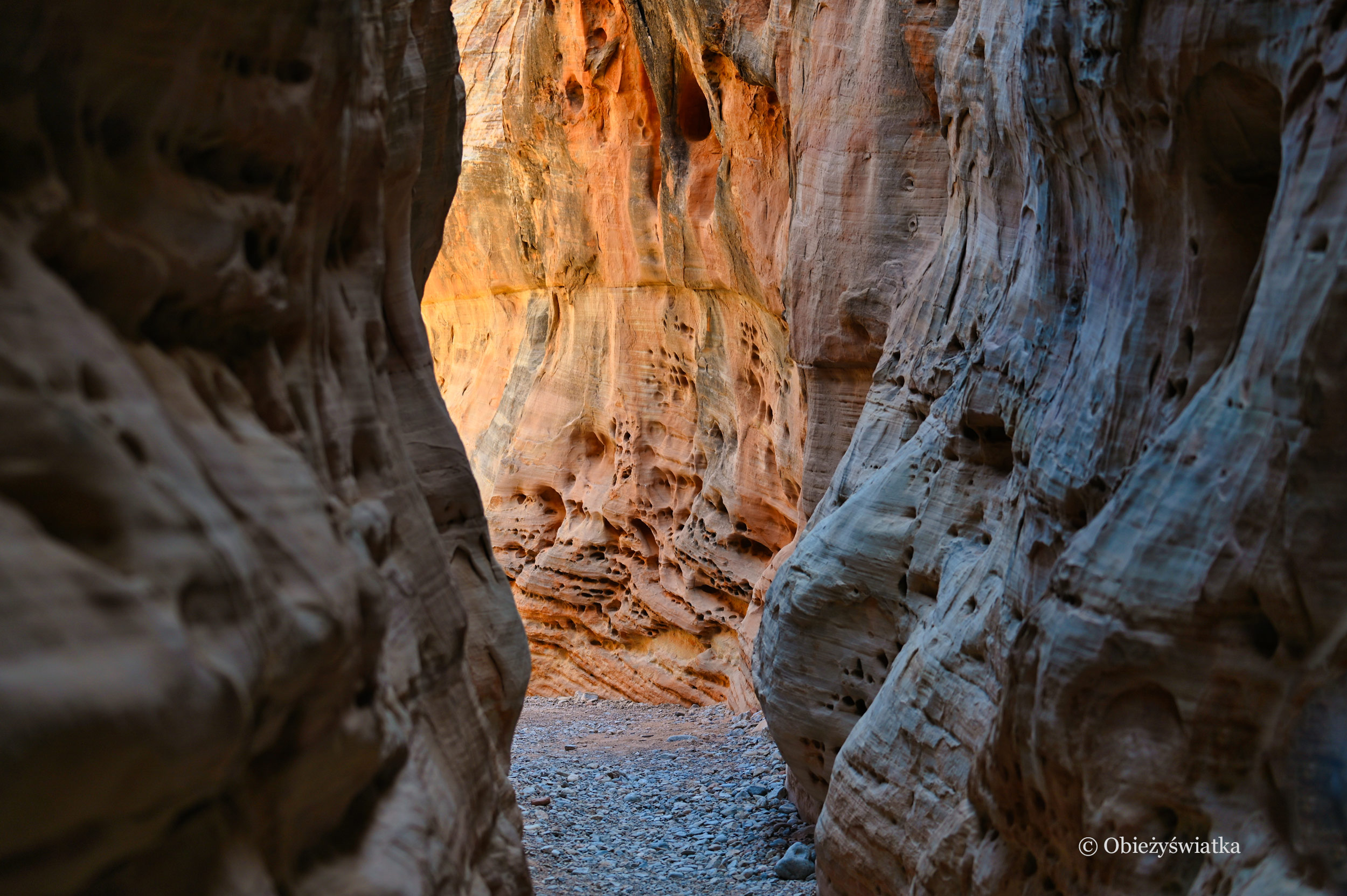 Czasami szlaki prowadzą między wąskimi skałami, wtedy jest troszkę cienia - Dolina Ognia