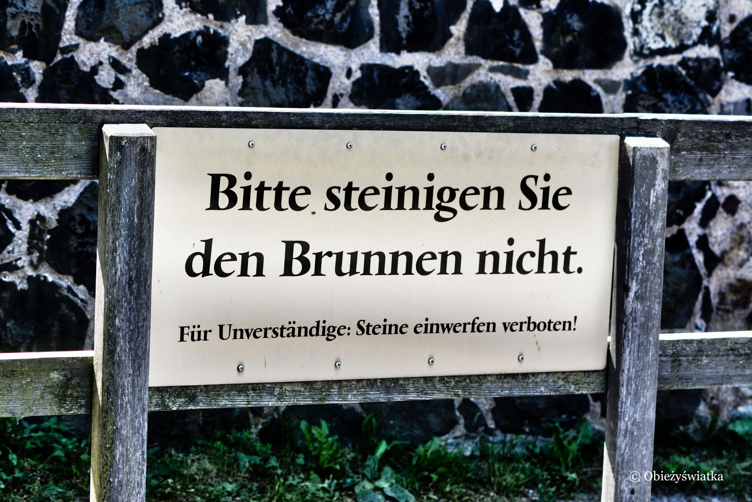 Na zamku Stolpen - szyld: Proszę nie kamieniować studni. Dla tych, którzy nie rozumieją: Wrzucanie kamieni wzbronione!