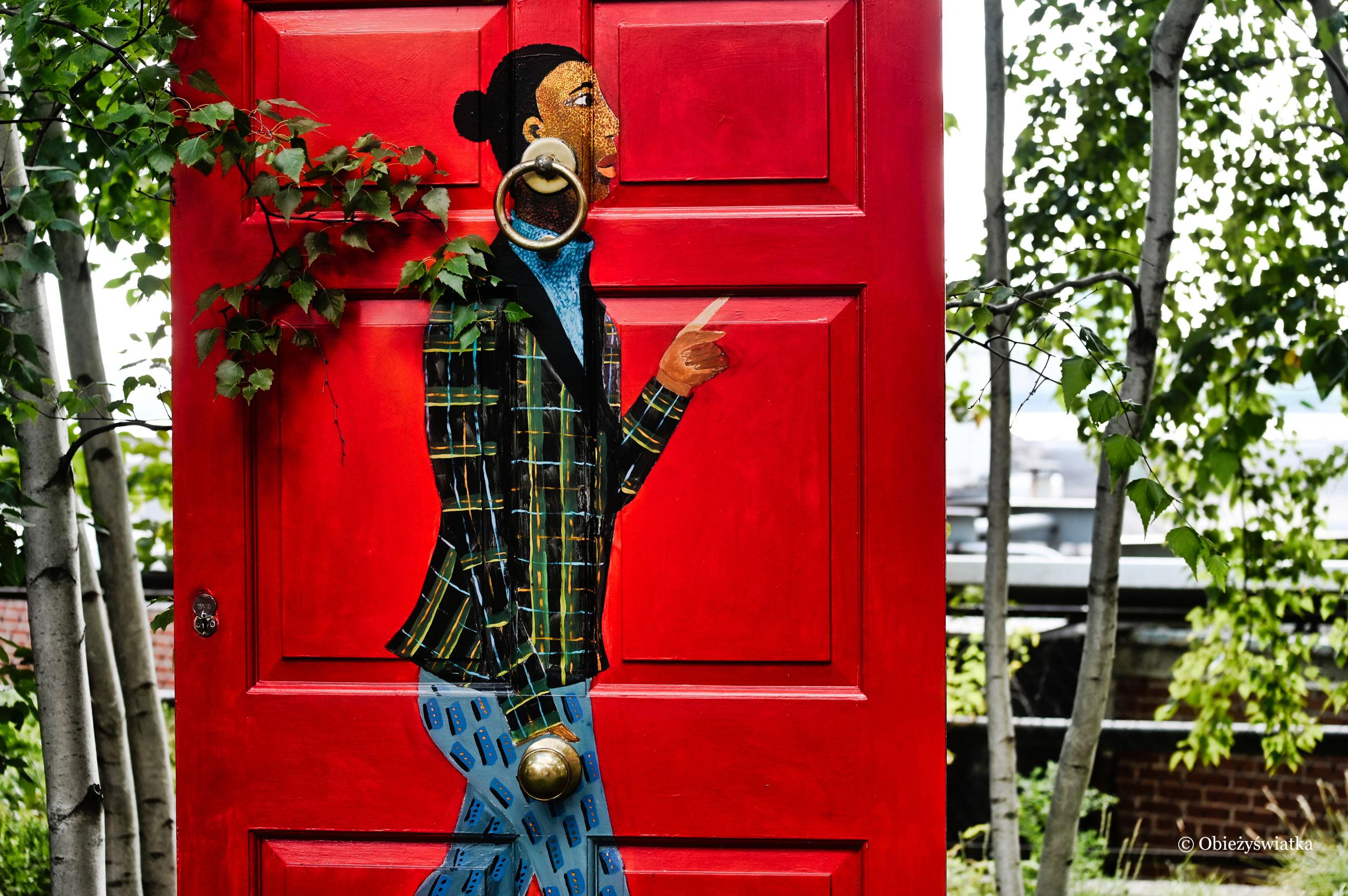 Dzieło autorstwa Lubainy Himid pt. Five Conversations - portrety kobiet powstałe na tradycyjnych drzwiach gruzińskich, które zachowano przed zniszczeniem, cz. 3