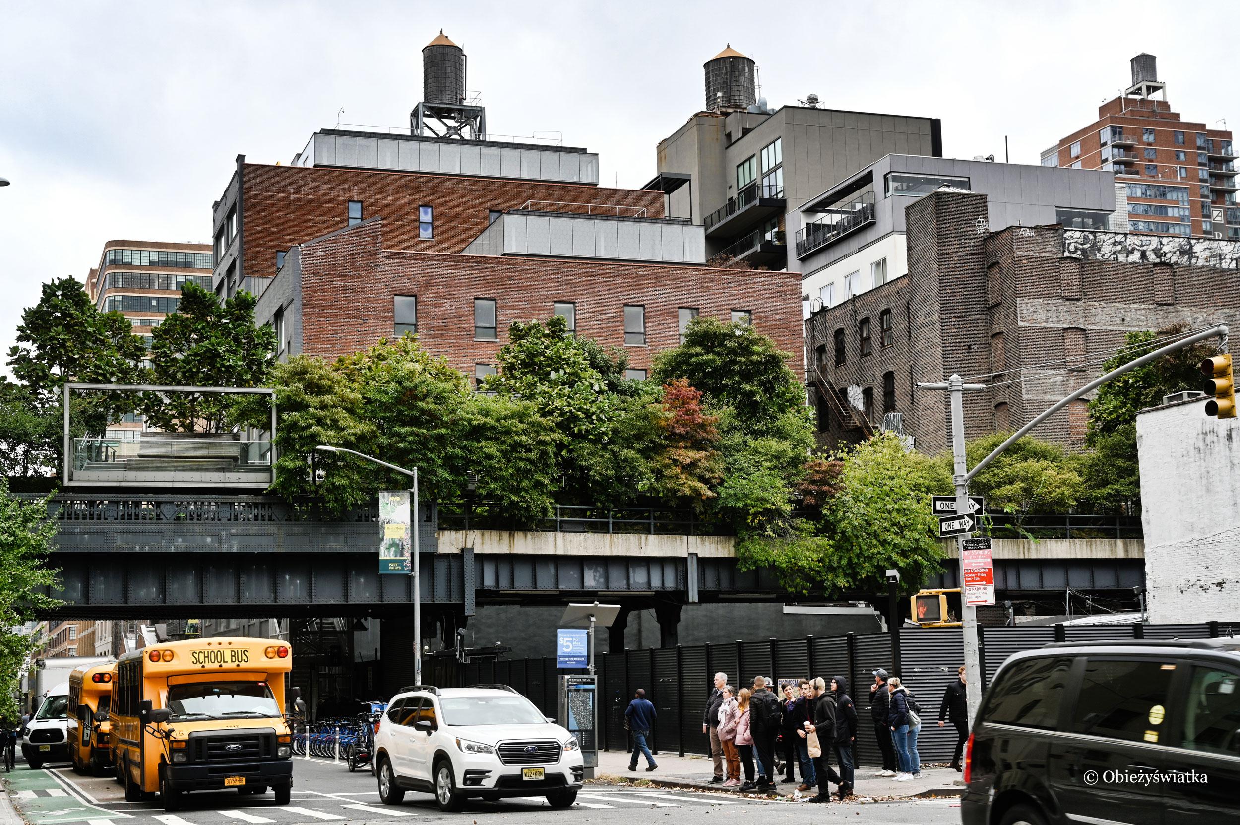 The High Line widziany z ulicy, Nowy Jork