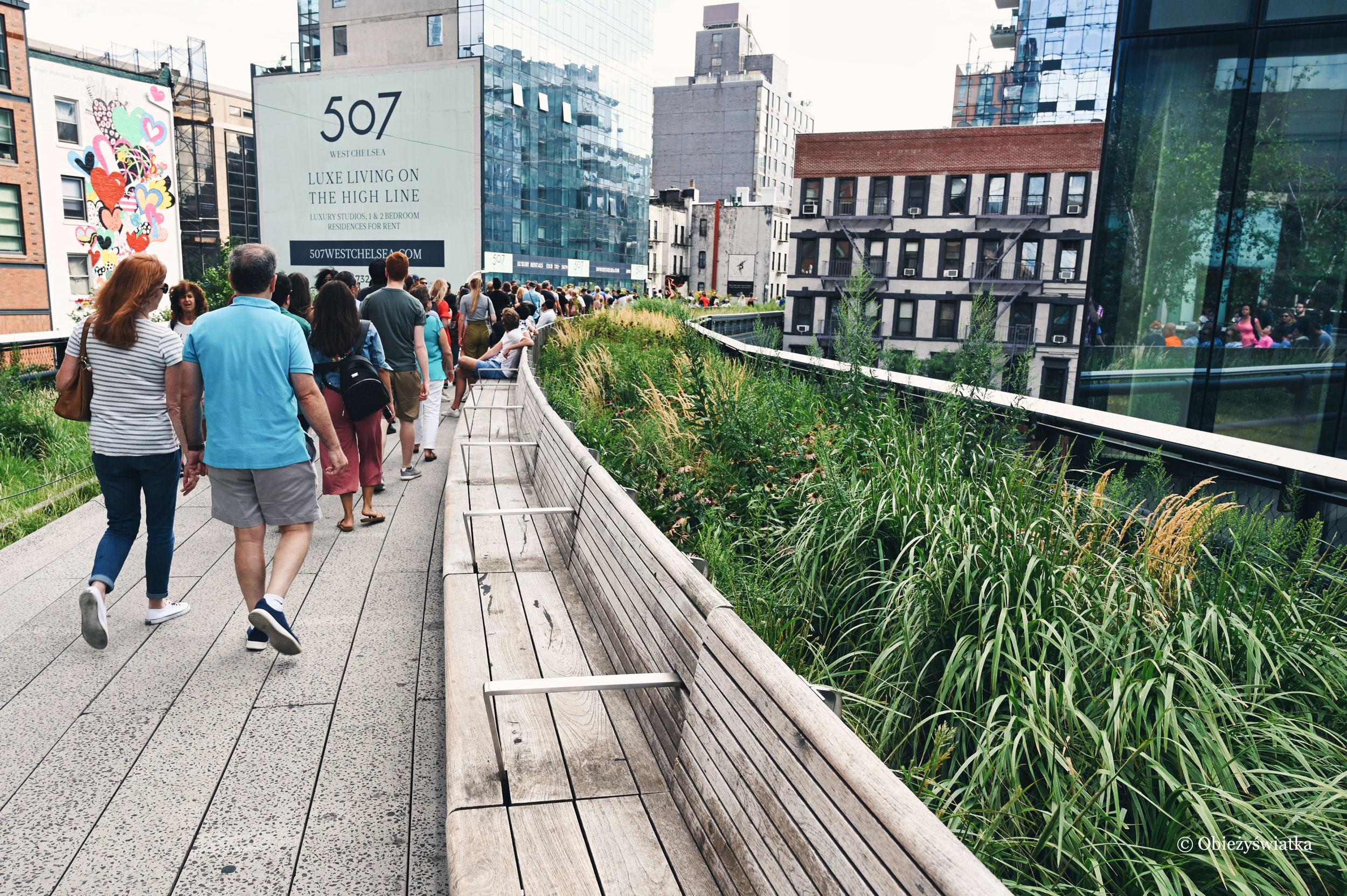 Spacerując po wąskiej trasie kolejowej - park High Line w Nowym Jorku