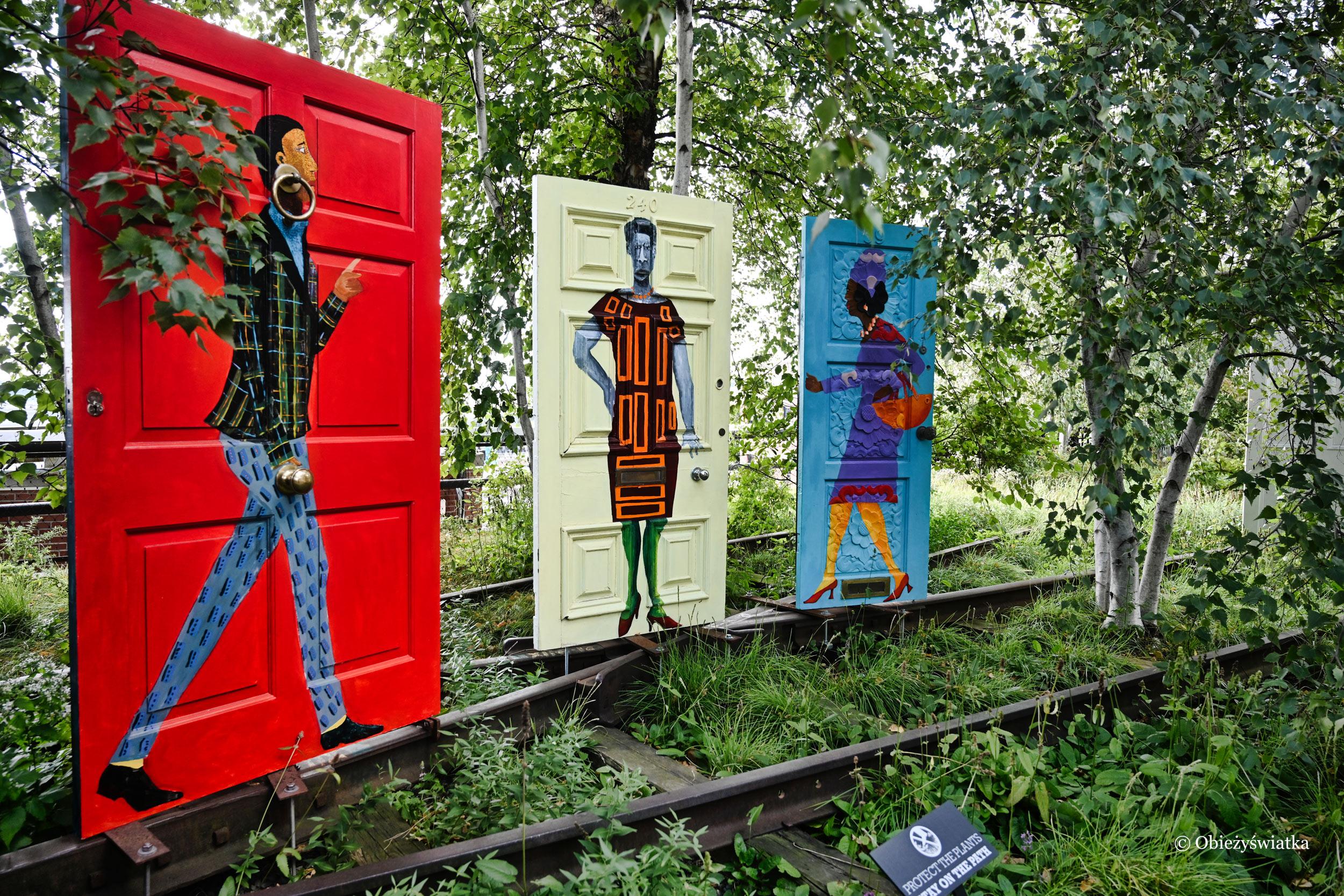 Dzieło autorstwa Lubainy Himid pt. Five Conversations - portrety kobiet powstałe na tradycyjnych drzwiach gruzińskich, które zachowano przed zniszczeniem