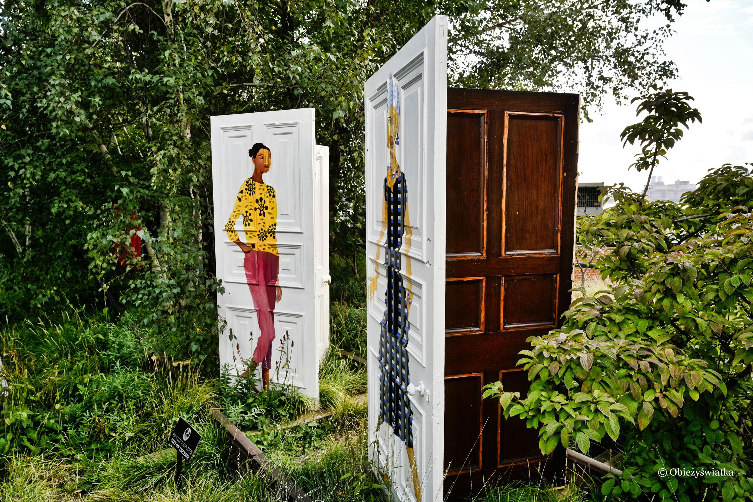 Dzieło autorstwa Lubainy Himid pt. Five Conversations - portrety kobiet powstałe na tradycyjnych drzwiach gruzińskich, które zachowano przed zniszczeniem, cz. 2