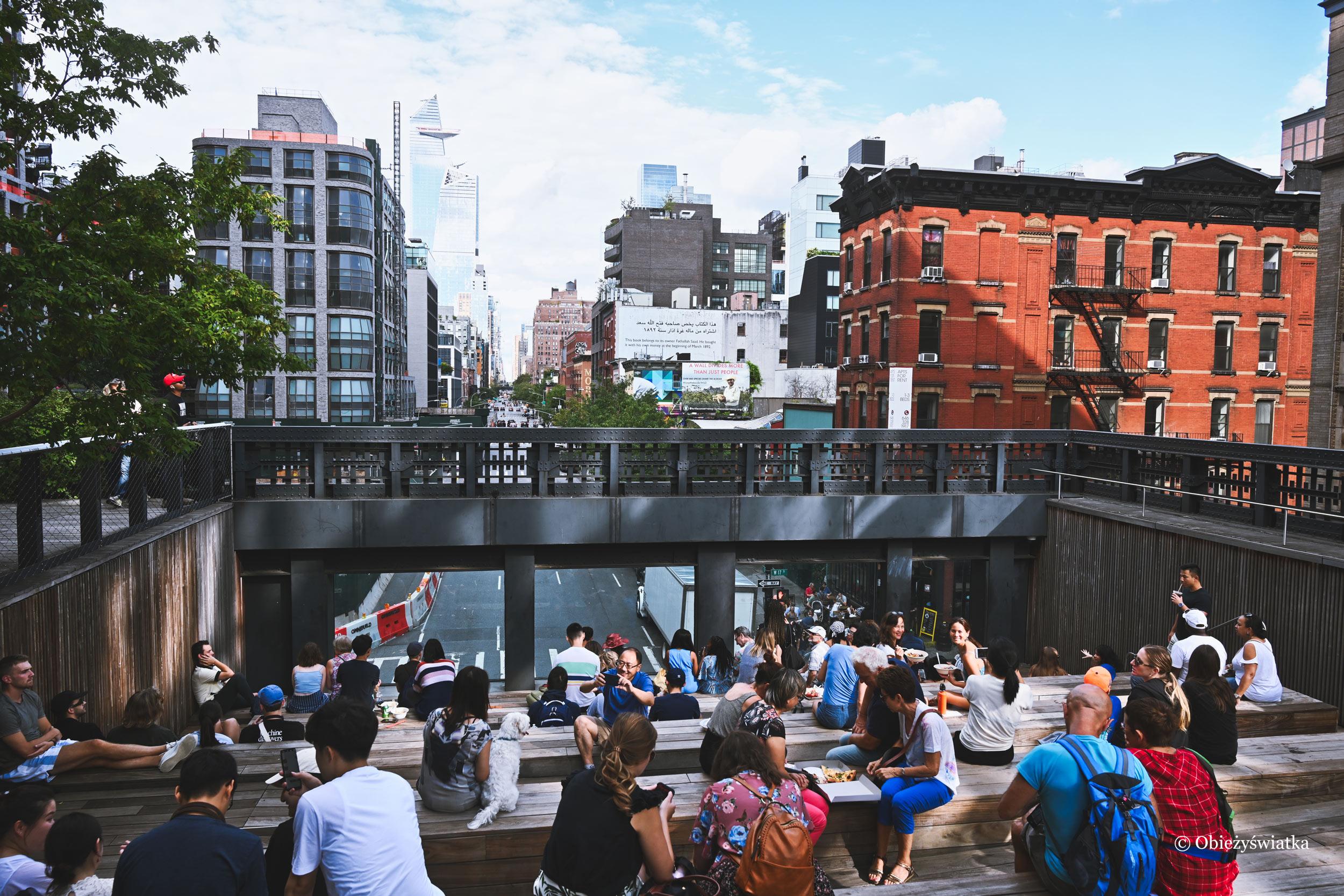 Ławeczki w parku ponad ulicami Manhattanu, The High Line