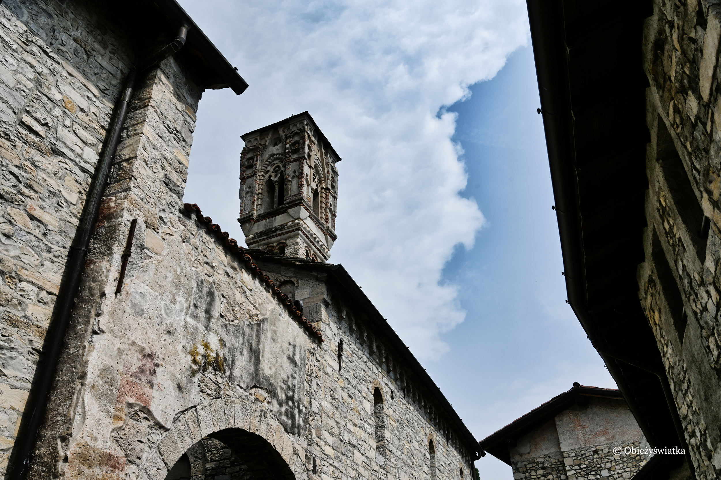 Romański kościółek Marii Magdaleny nad brzegiem Lago di Como, Włochy