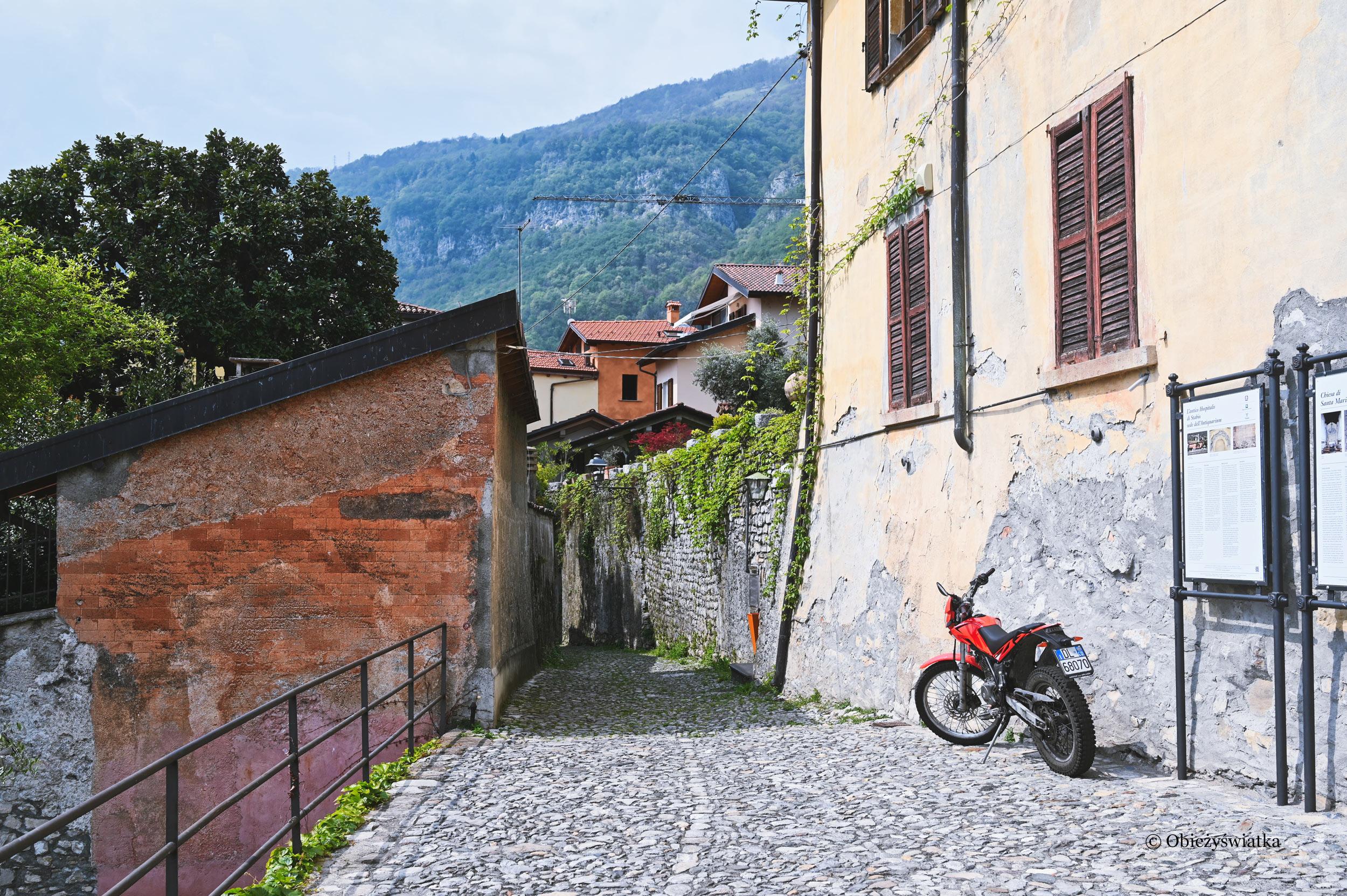 Nad brzegiem włoskiego Jeziora Como