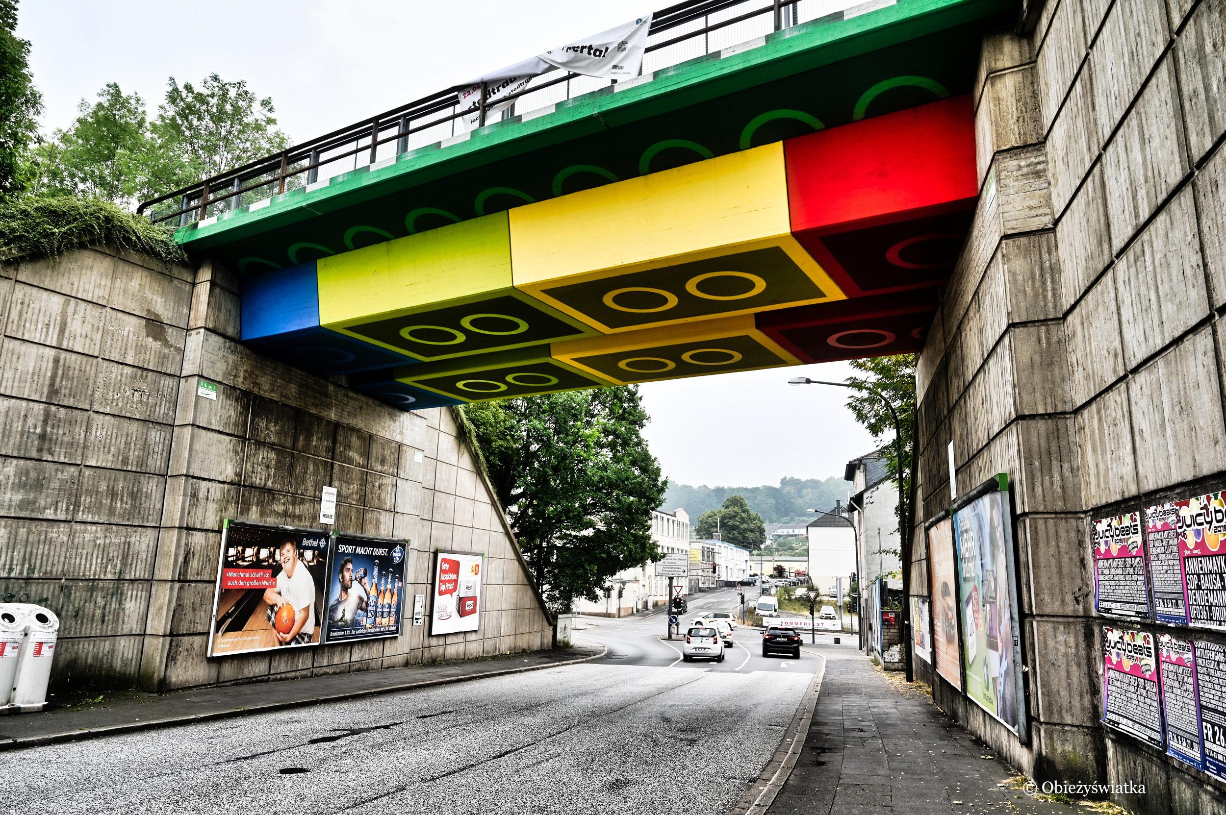 Szara ulica i pomysłowy most, Wuppertal, Niemcy