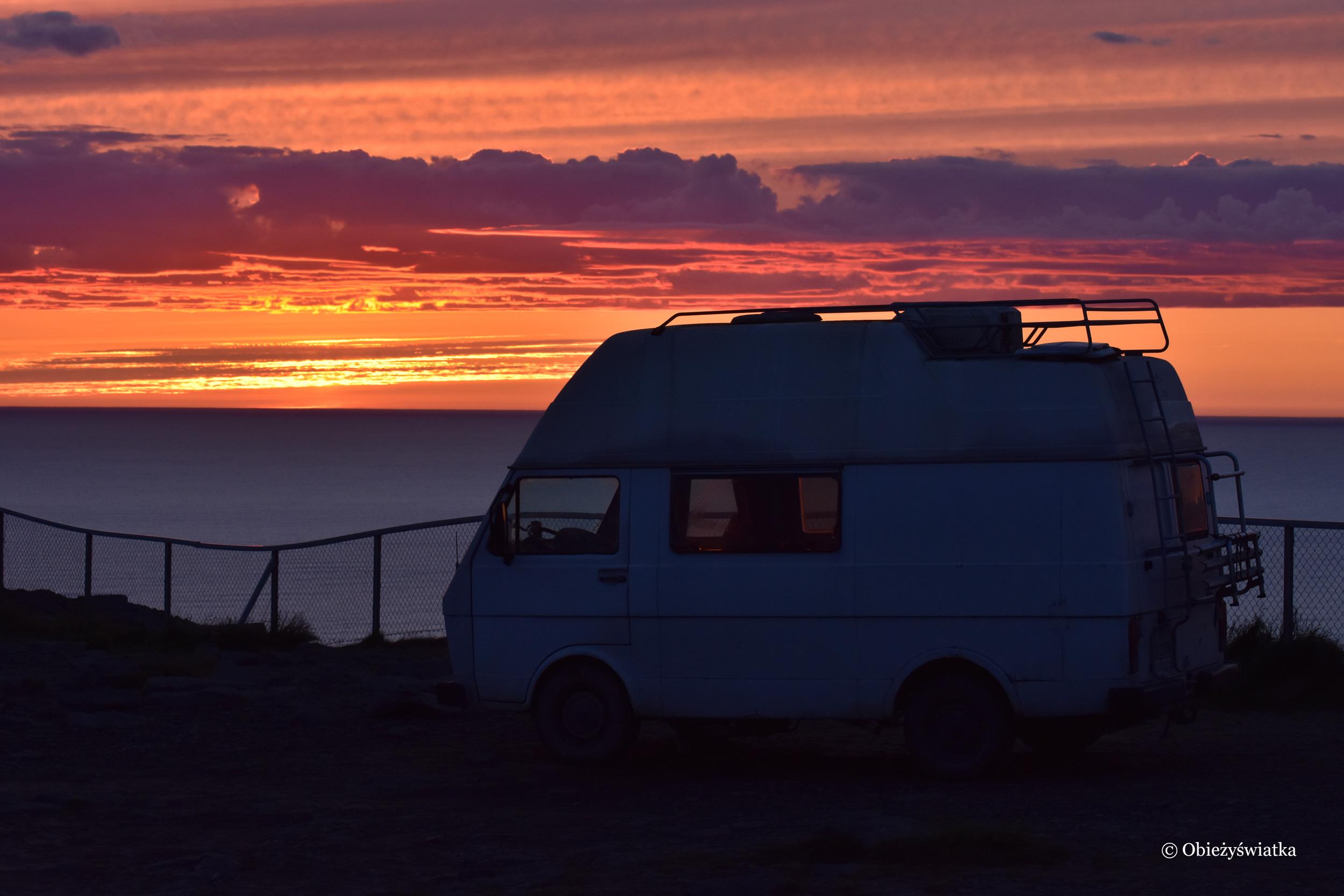 Kamper i nastrojowy zachód słońca na Nordkappie, Norwegia
