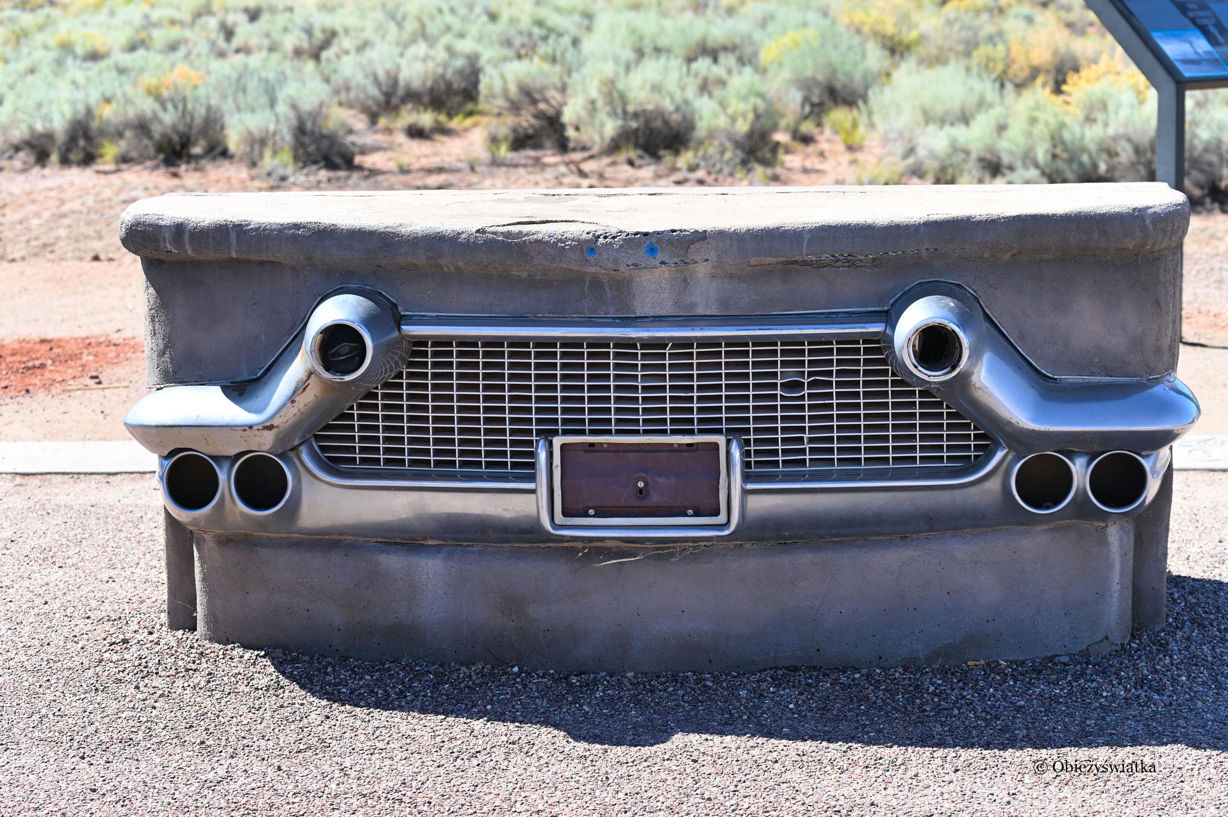 Route 66 w Parku Narodowym Skamieniałego Lasu - Petrified Forest National Park - ławka w kształcie maski samochodu