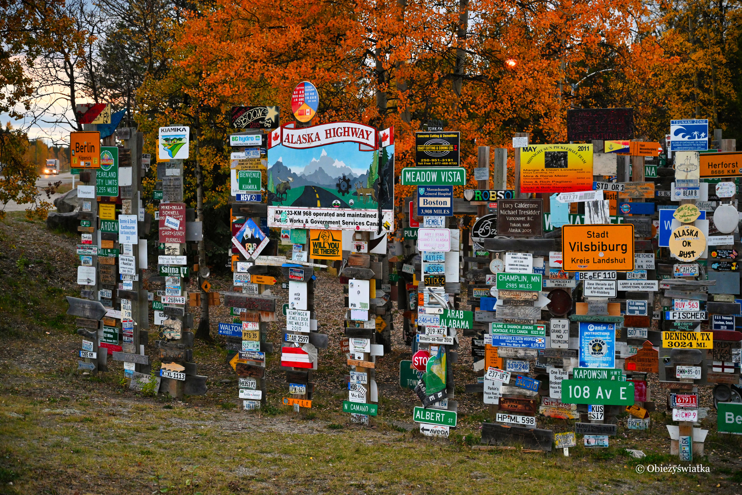 Sign Post Forest przy Alaska Highway jesienią
