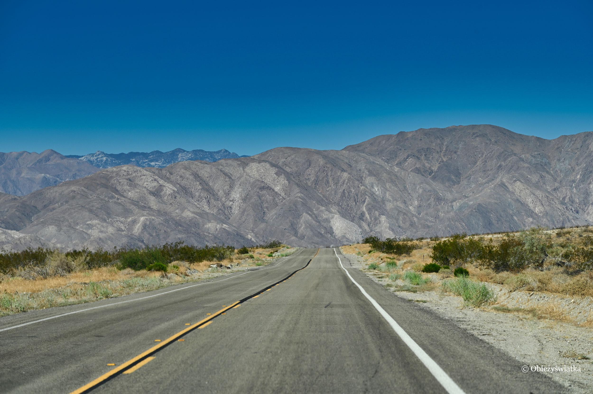 Droga do Borrego Springs przez Anza Borrego Desert State Park, Kalifornia