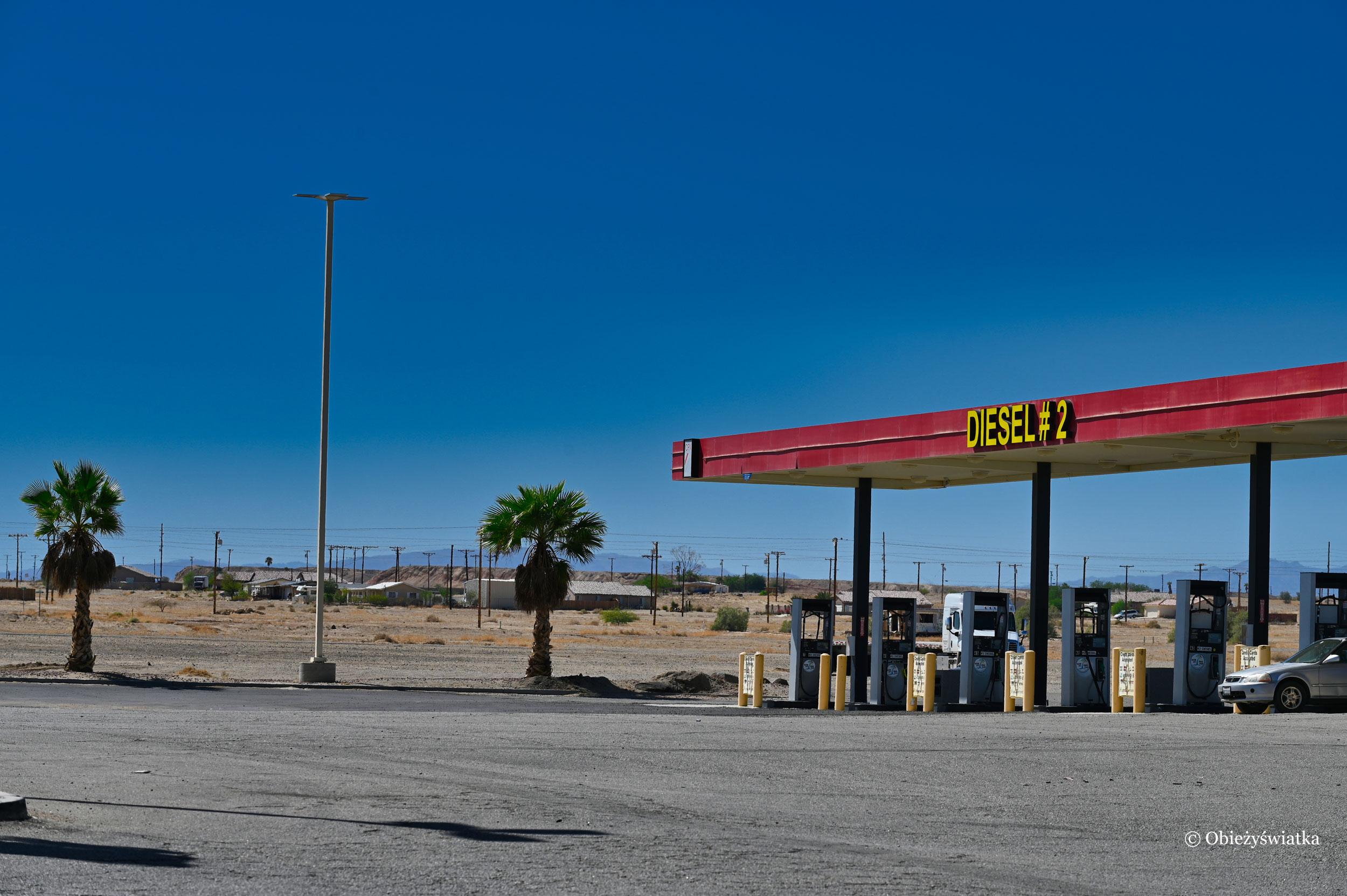 Przydrożna stacja benzynowa w Kalifornii, USA