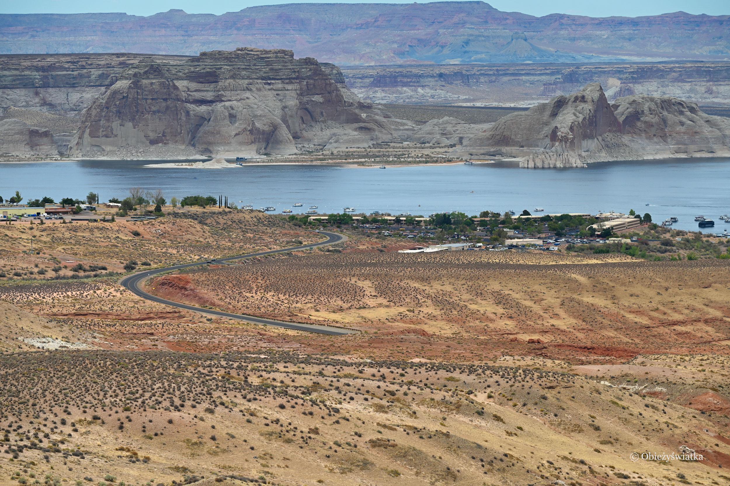 Jezioro, wijąca się droga i skały - Lake Powell