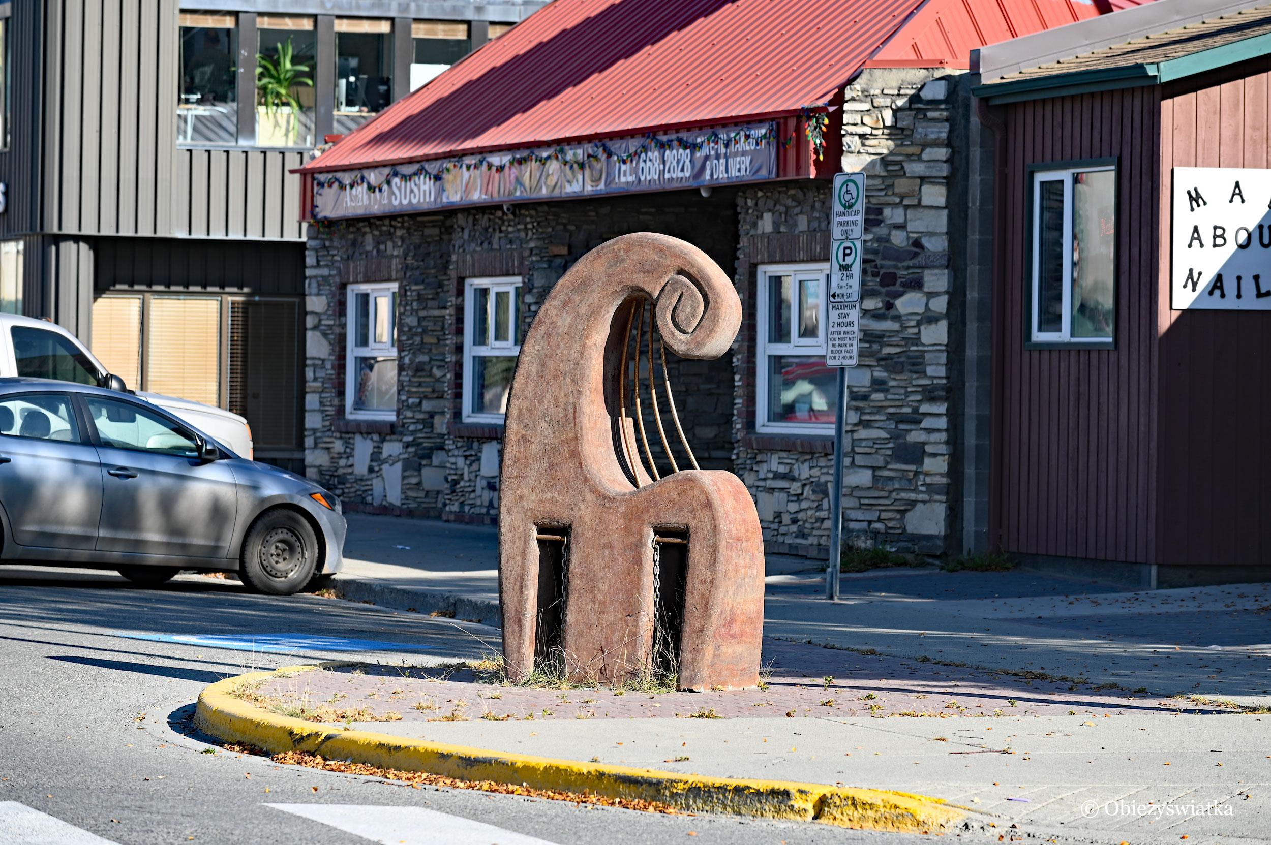 Jedna z rzeźb na ulicach Whitehorse, Kanada