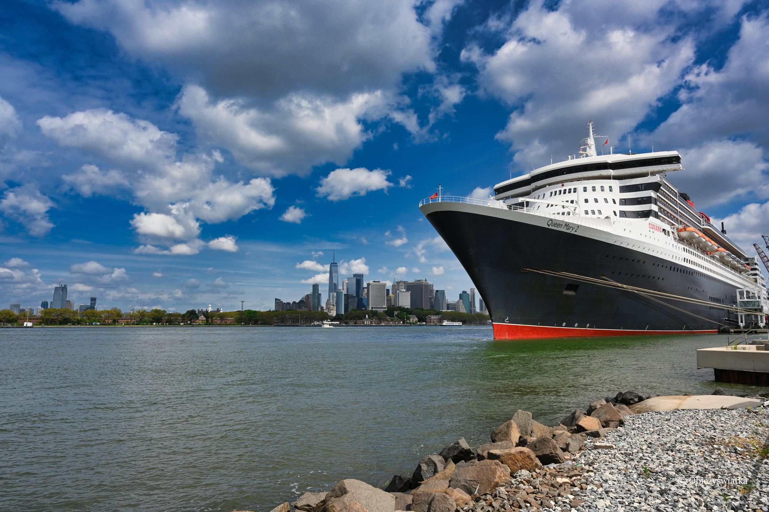 Queen Mary 2 w Nowym Jorku, w porcie w Brooklynie - w tle Manhattan, 2019