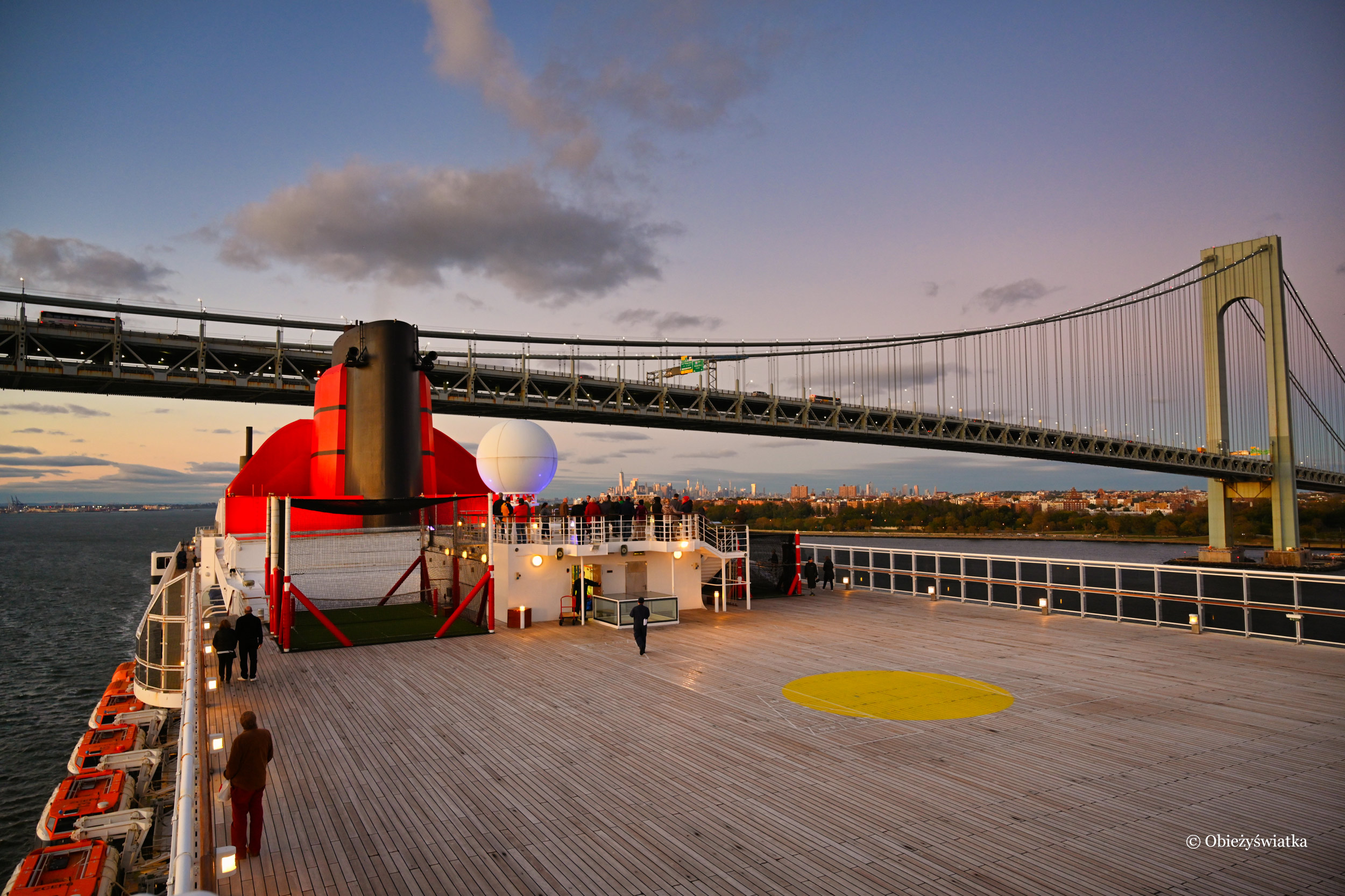 Queen Mary 2 i Most Verrazan-Narrows w Nowym Jorku, pod którym musi przepłynąć - za każdym razem boje się, że się nie zmieści ;)
