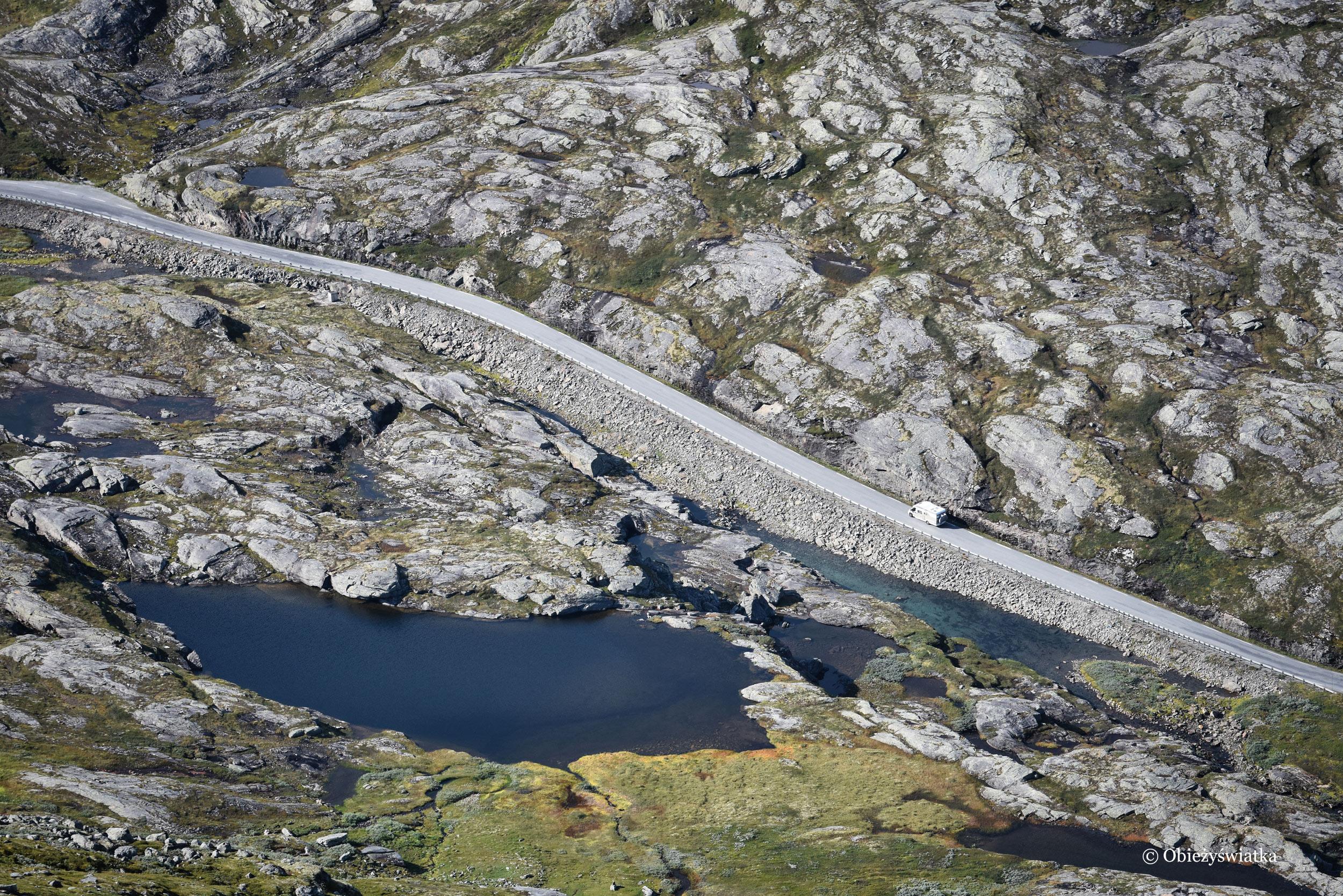Niesamowity krajobraz norweski i kamper, Norwegia