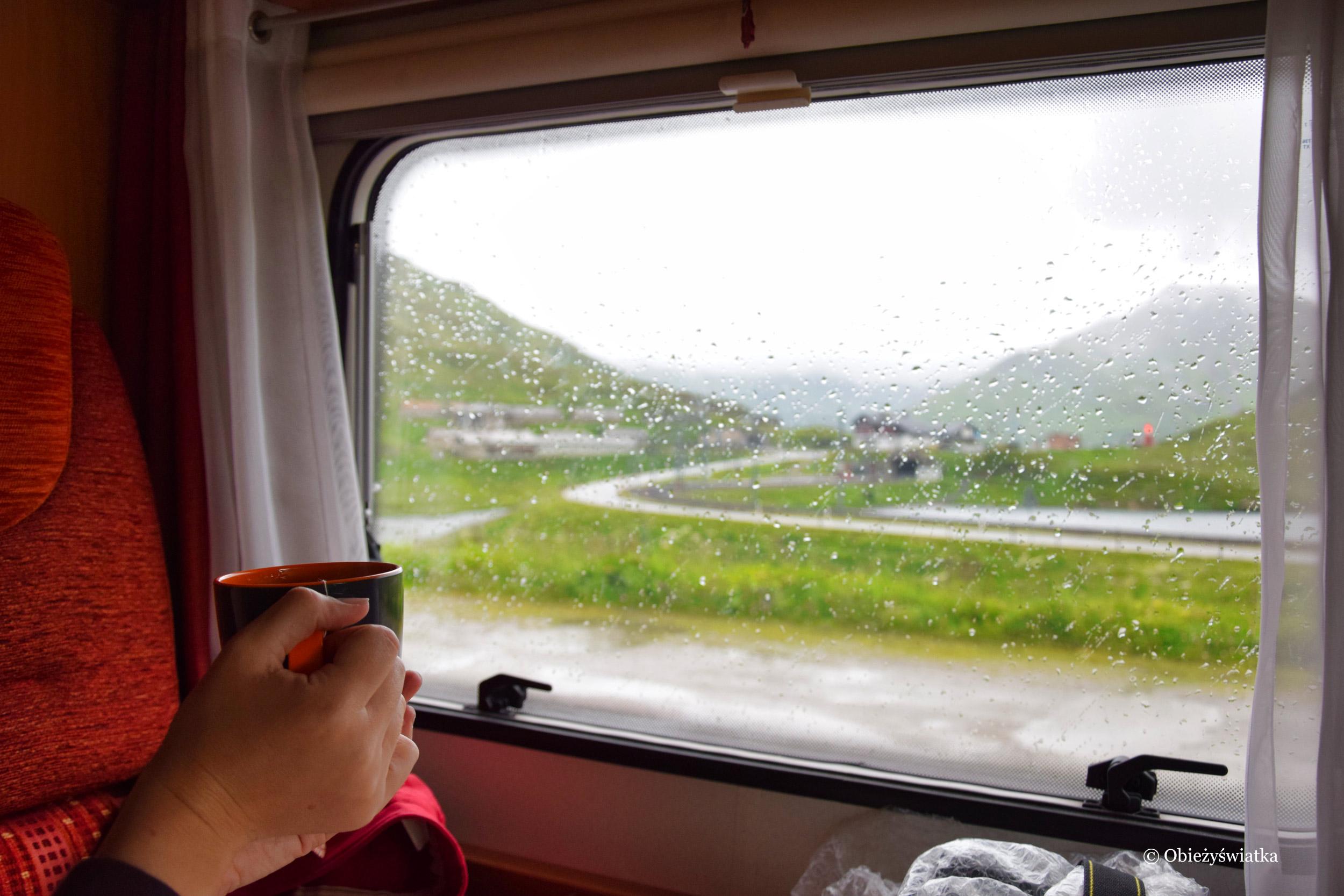 Przeczekując deszcz w kamperze, Alpy
