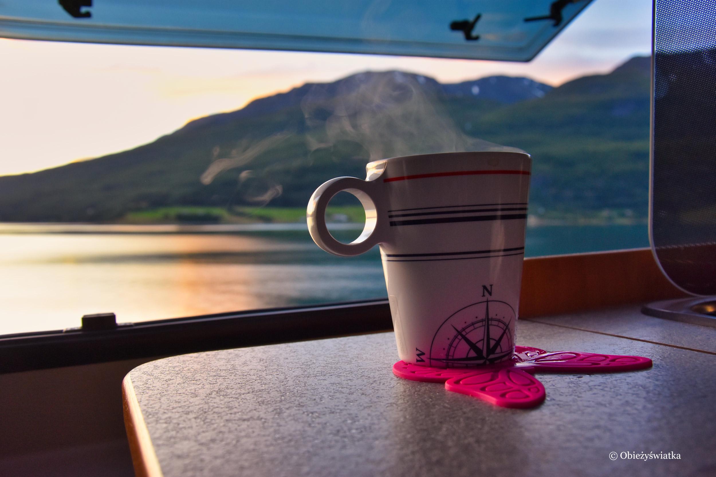 Wieczorna herbata w kamperze nad jednym z norweskich jezior, Norwegia