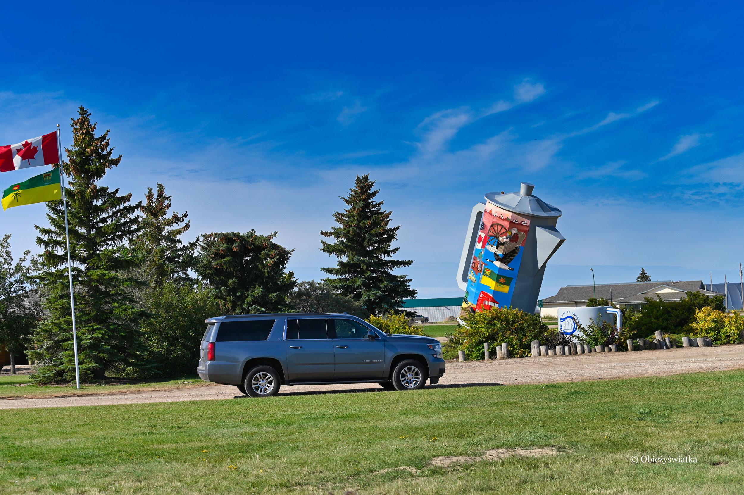 Wokół Coffee pot monument jest parking i miejsce na pikinik, Davidson, Kanada