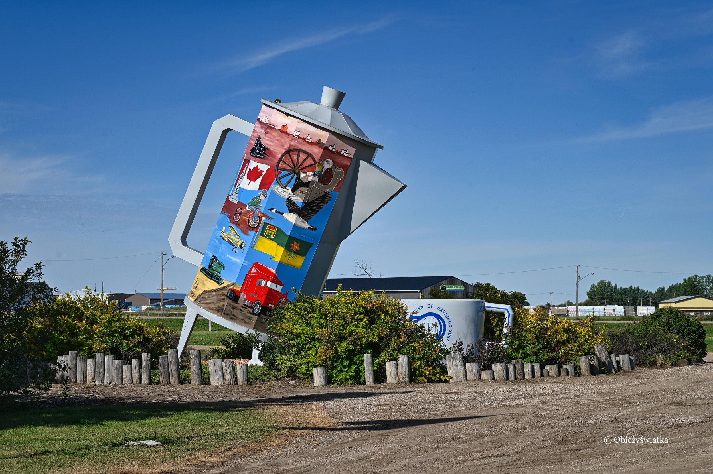 Olbrzymia filiżanka, olbrzymi dzbanek, czyli Coffee pot monument, Canada