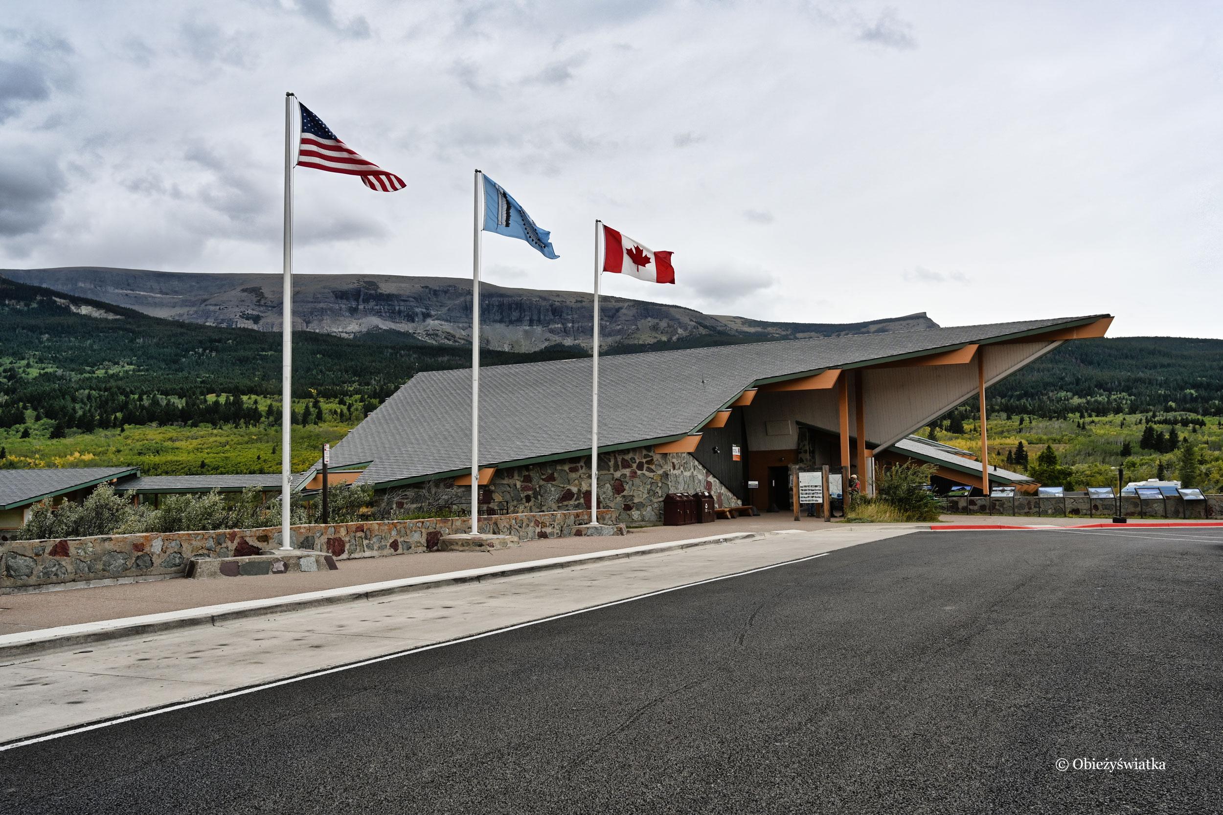 Stacja i centrum informacji z trzema flagami - Glacier National Park
