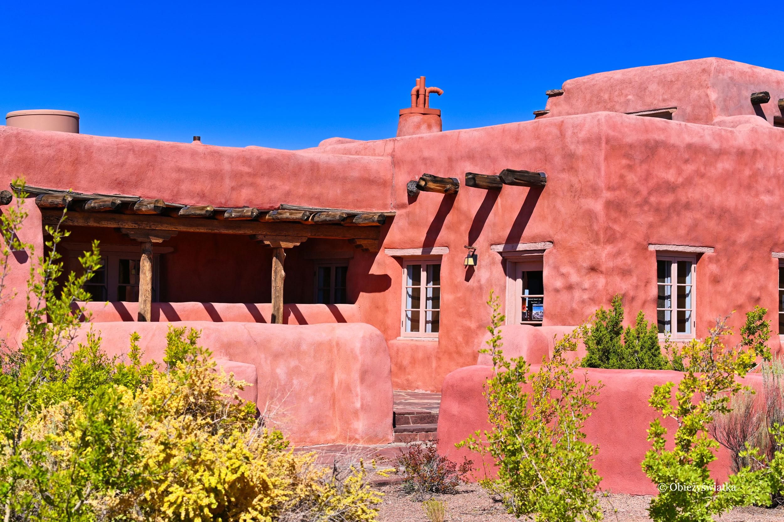 Painted Desert Inn w stylu Pueblo Revival architecture, Painted Desert, Arizona, USA