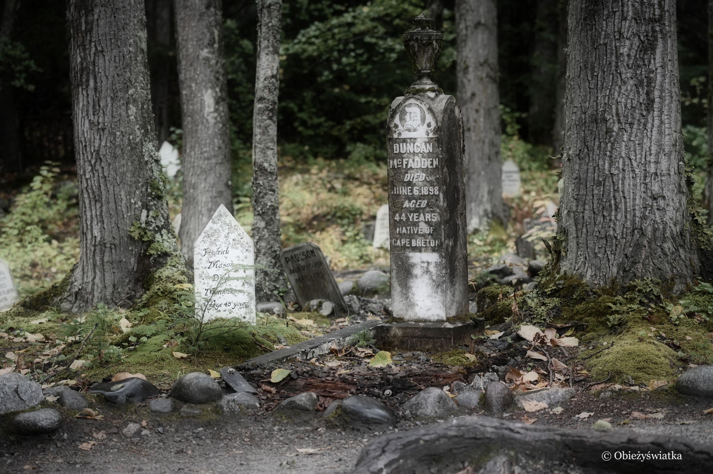 Tablice i pomniki zachowały się do dzisiaj - Gold Rush Cemetery, Skagway, Alaska