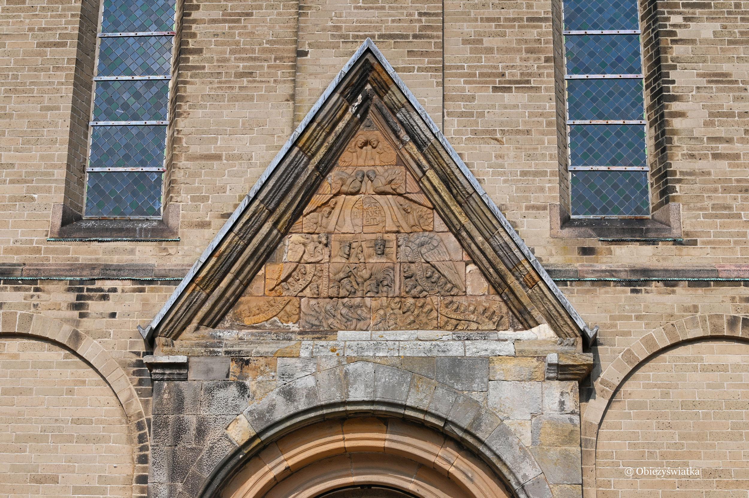 Główne wejście do katedry z XII w. a nad nim relif przedstawiający Sąd Ostateczny, Ribe, Dania